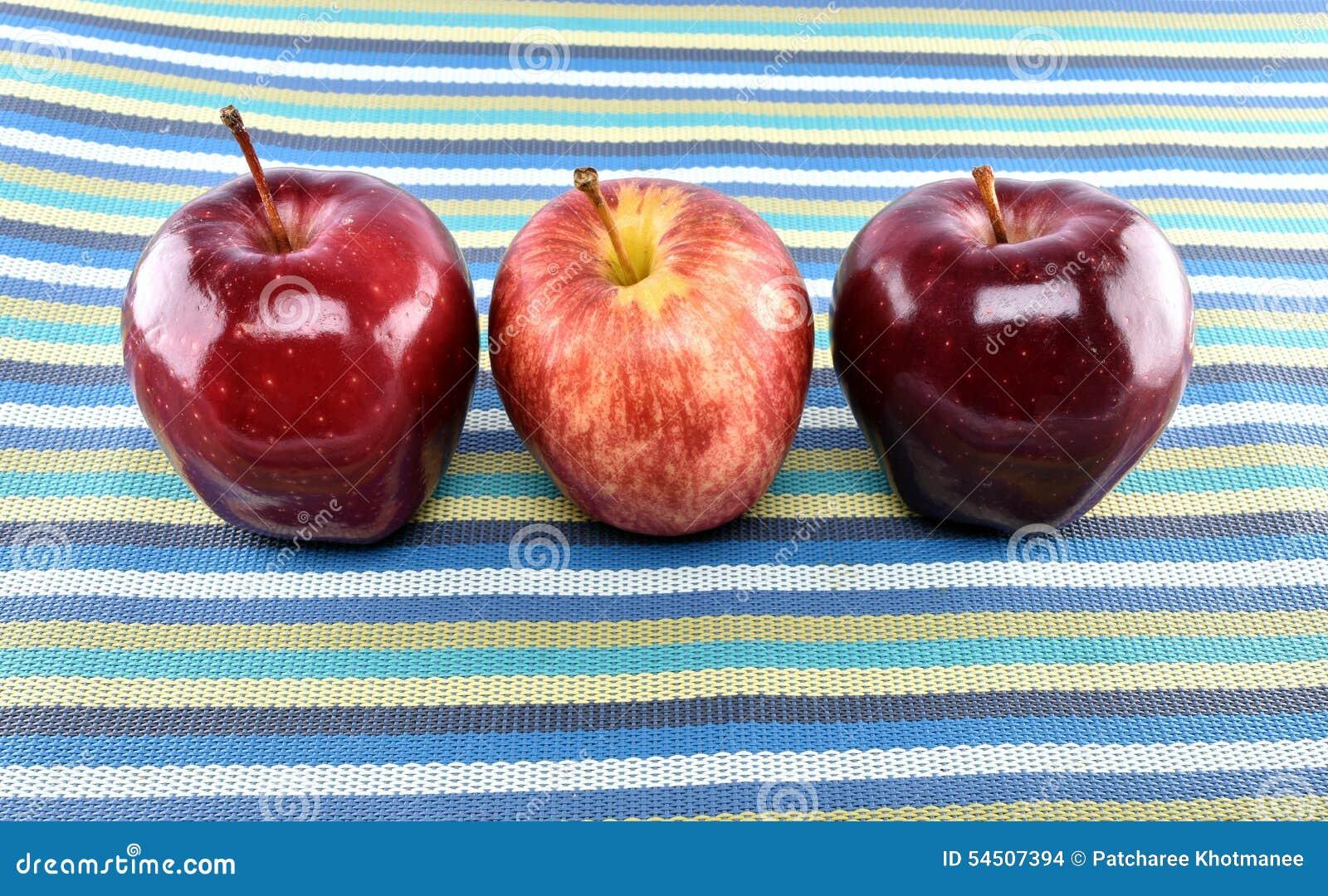 Groupe de pommes rouges sur le napery