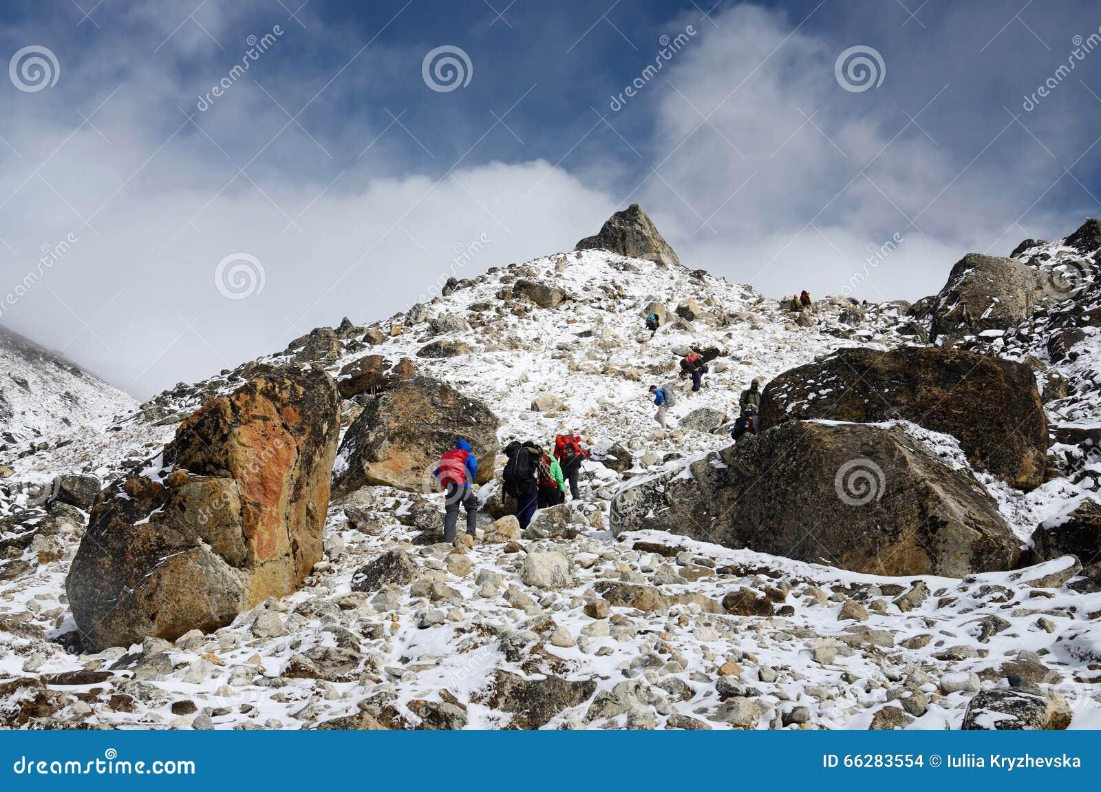 Groupe de randonneurs montant la gamme de montagne, camp de base d Everest