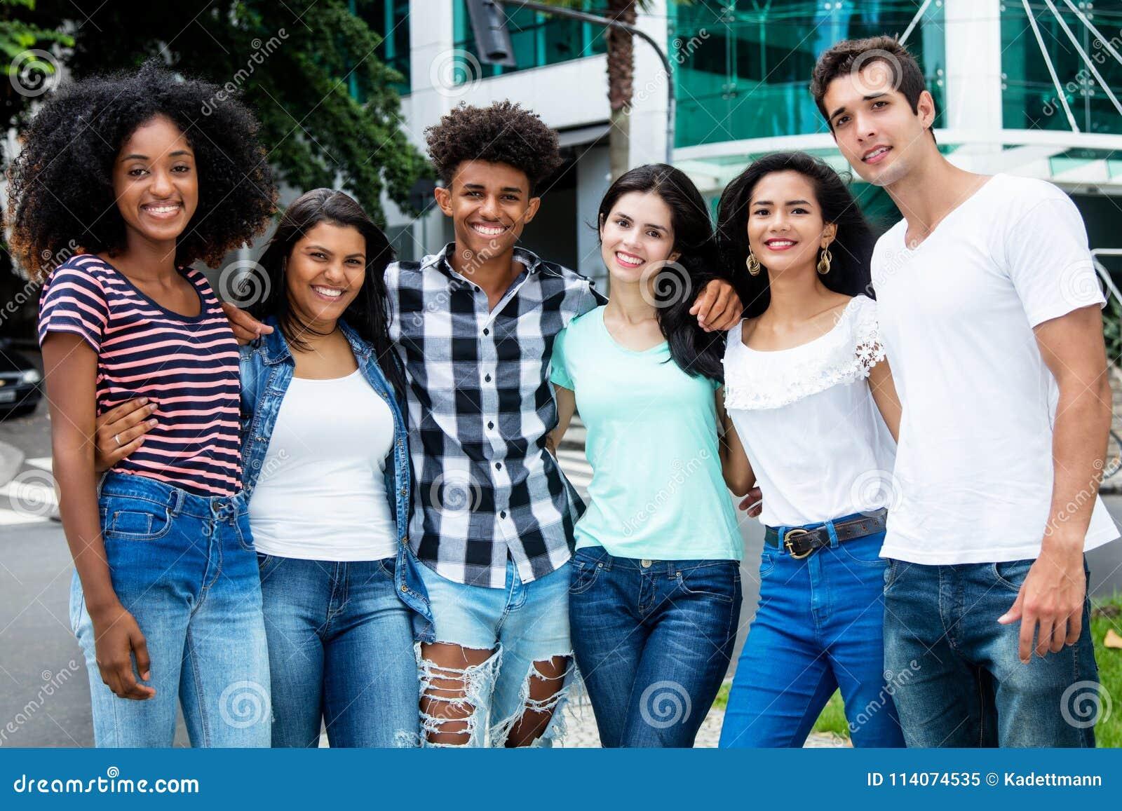 Groupe de rire les jeunes adultes internationaux dans la ville