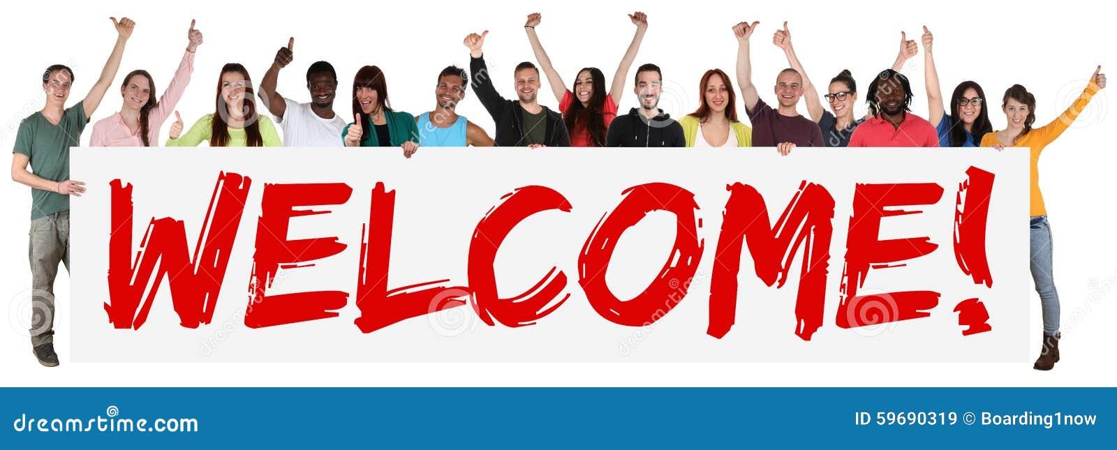 Groupe de signe bienvenu de jeunes ethniques multi tenant la bannière