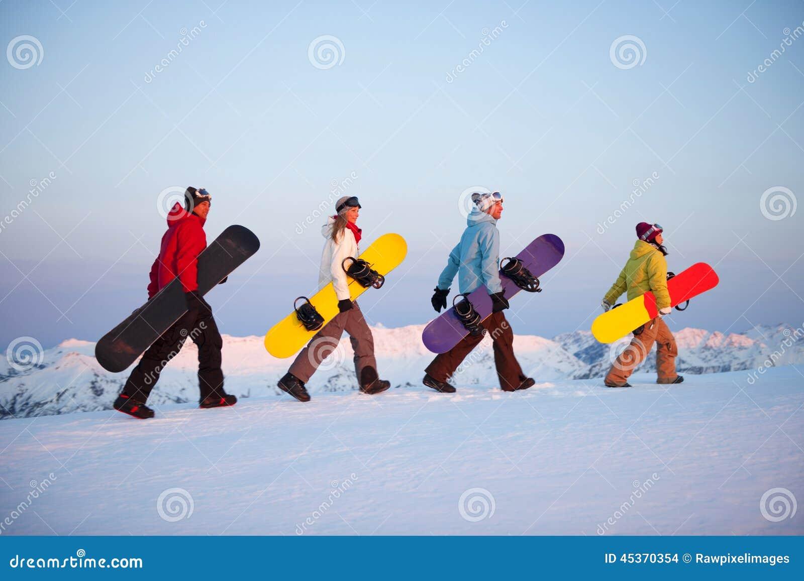 Groupe de surfeurs sur la montagne