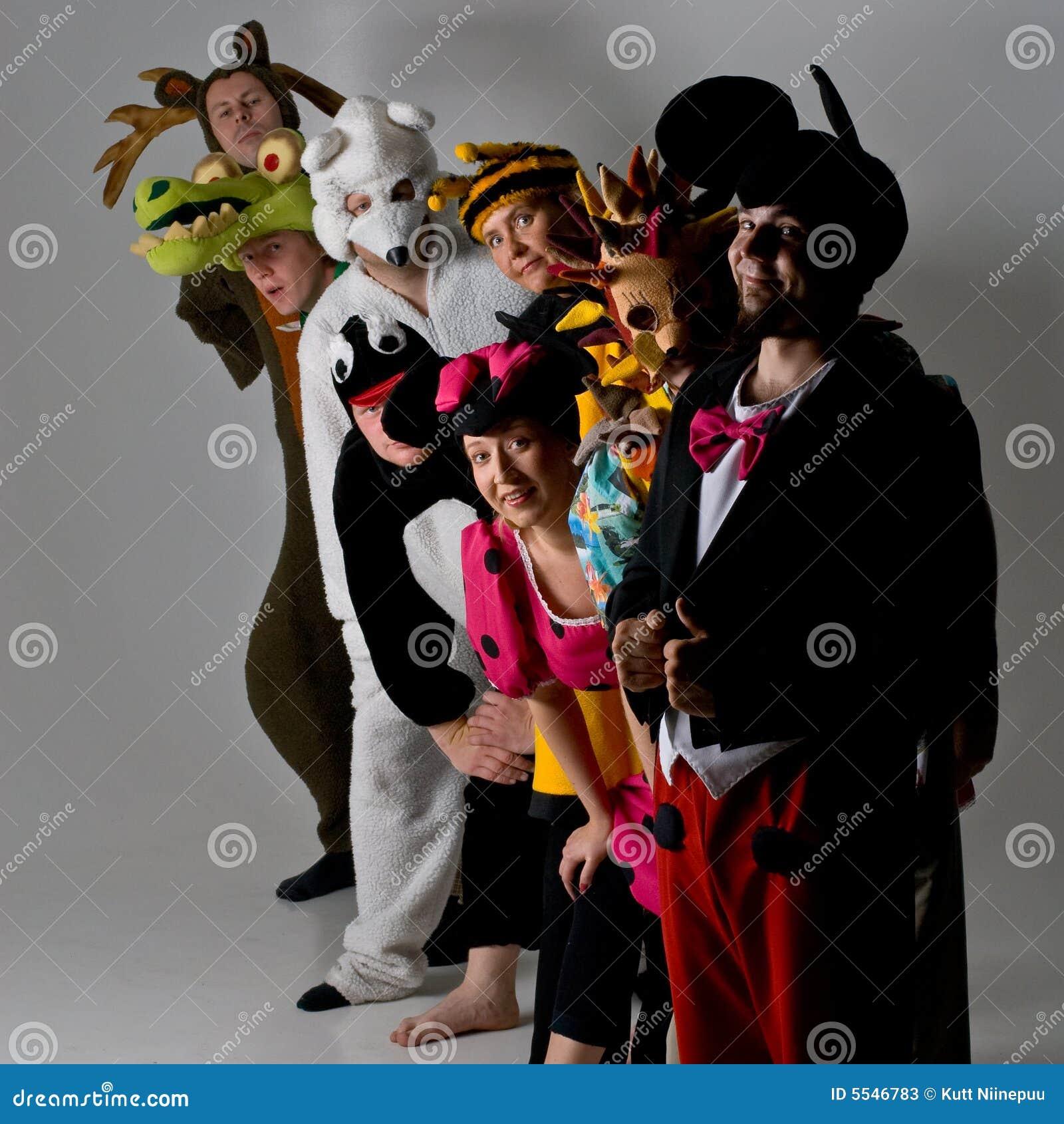 Groupe de théâtre chez les costumes animaux