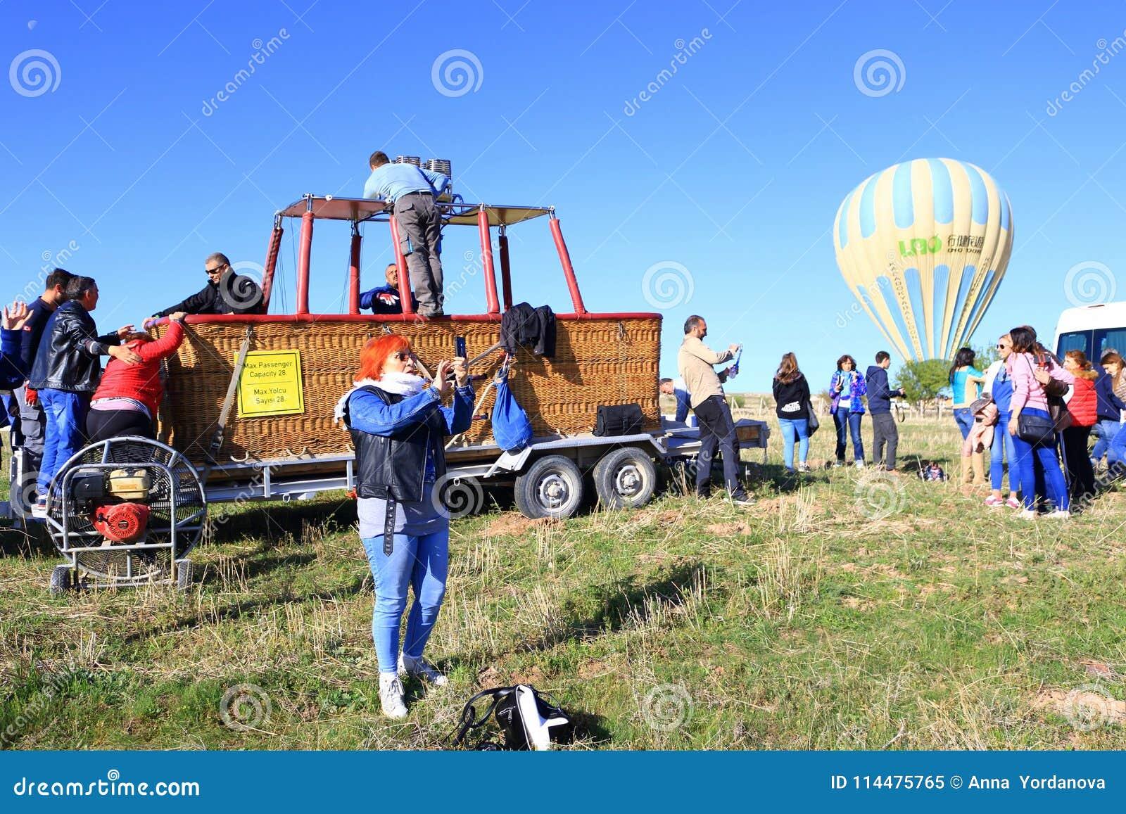 Groupe de touristes après visite chaude de ballon à air dans Cappadocia Turquie