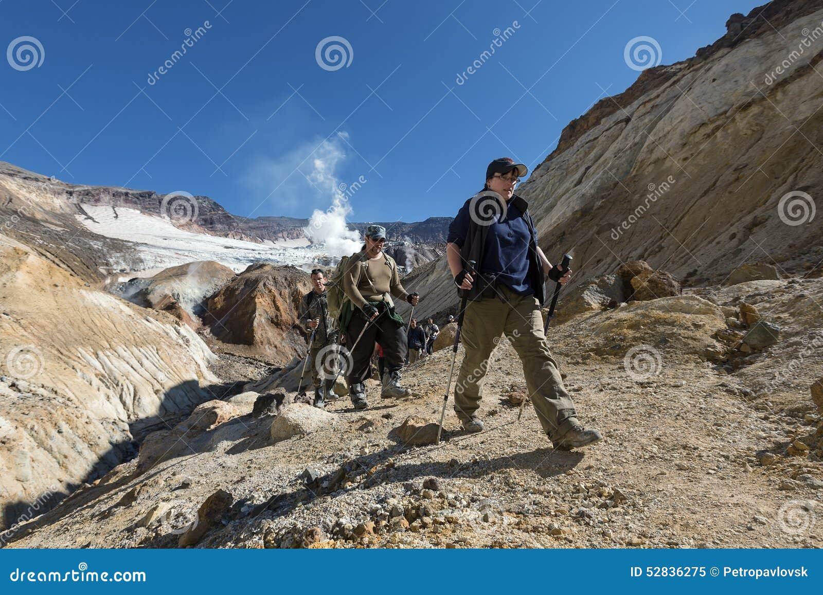 Groupe de touristes montant le canyon en volcan de Mutnovsky de cratère