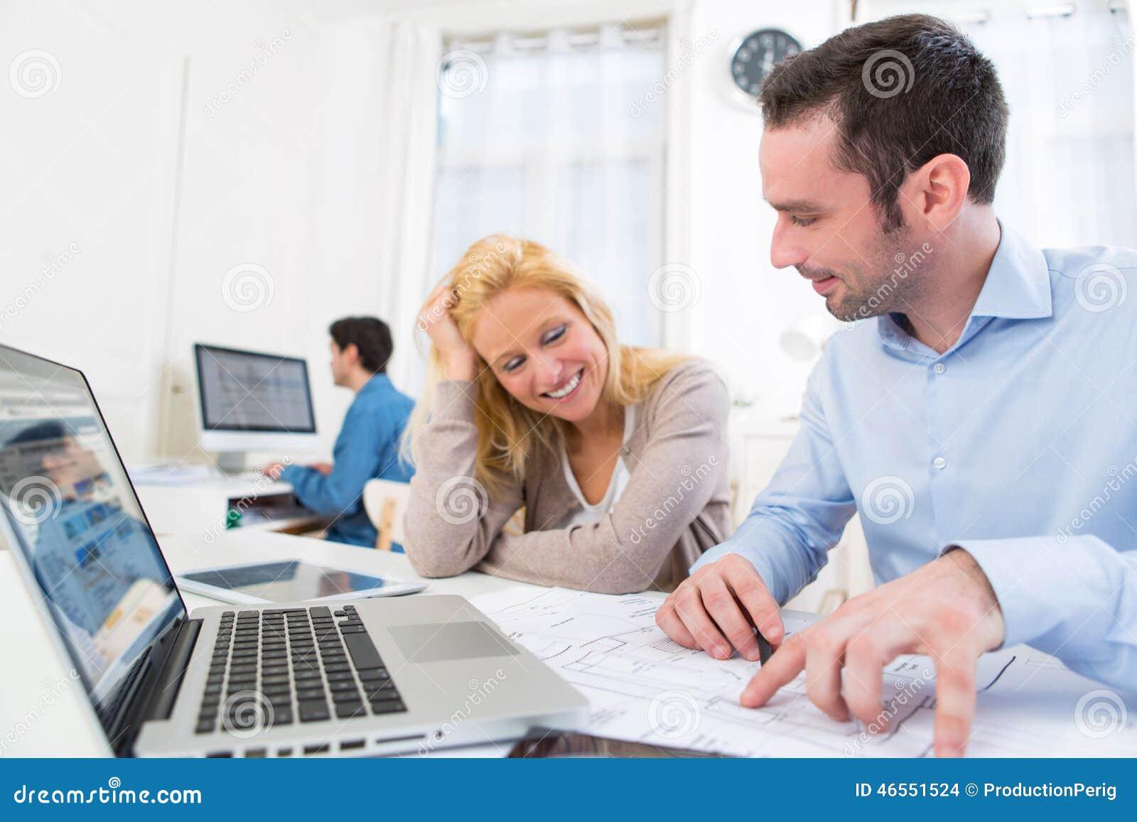 Groupe de travailleurs de co au bureau photo stock image 46551524 for Photos gratuites travail bureau