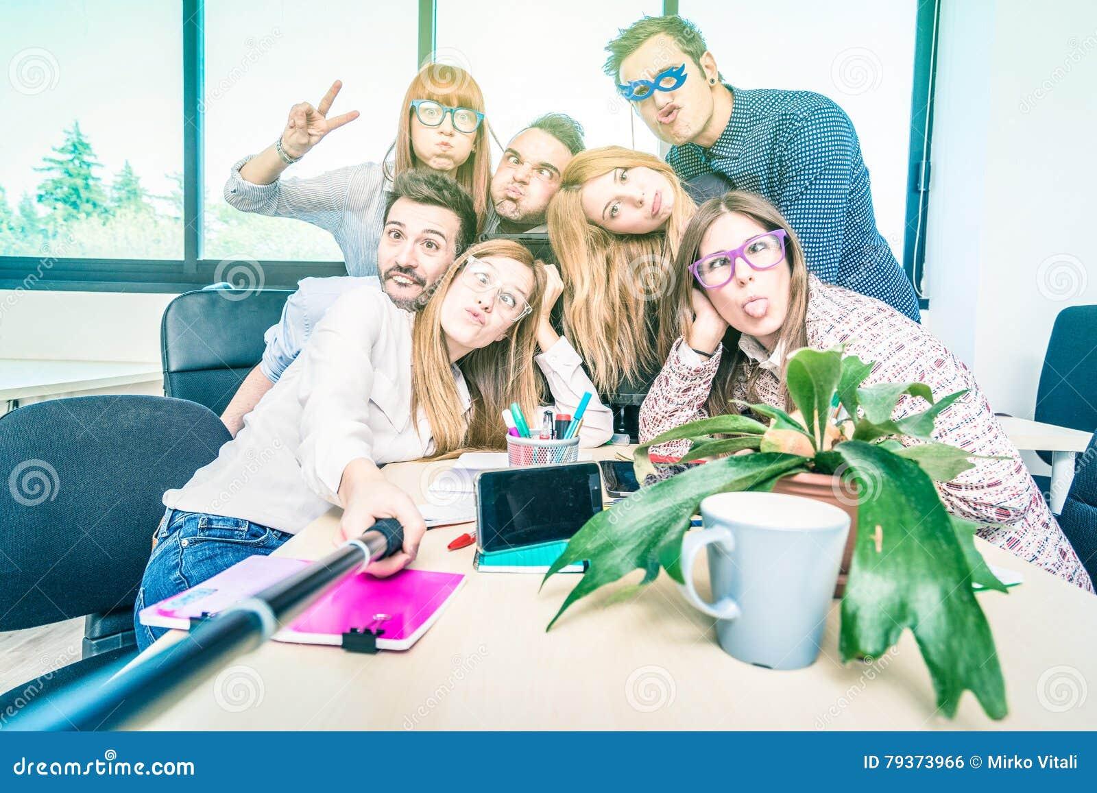 Groupe de travailleurs heureux des employés d étudiants prenant le selfie
