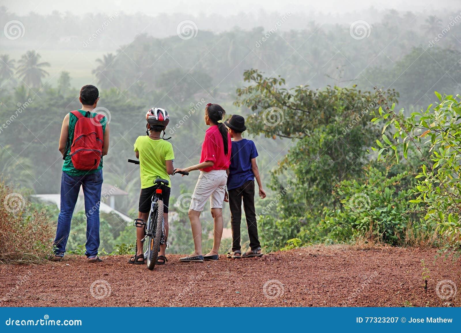 Groupe de trekking dans Hilly Countryside scénique