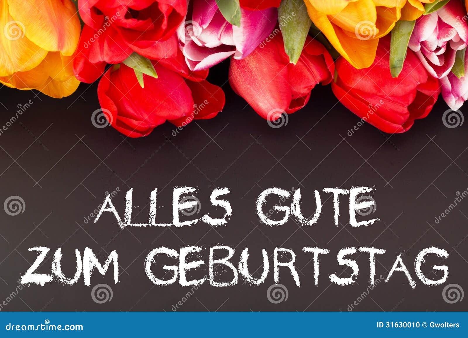 Groupe De Tulipes Avec Le Tableau Noir Joyeux Anniversaire Dans La