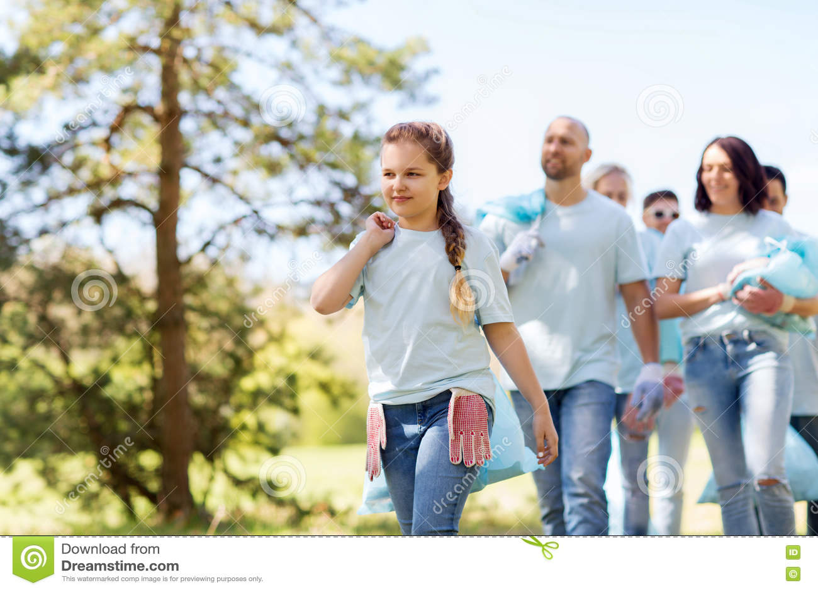 Groupe de volontaires avec des sacs de déchets en parc
