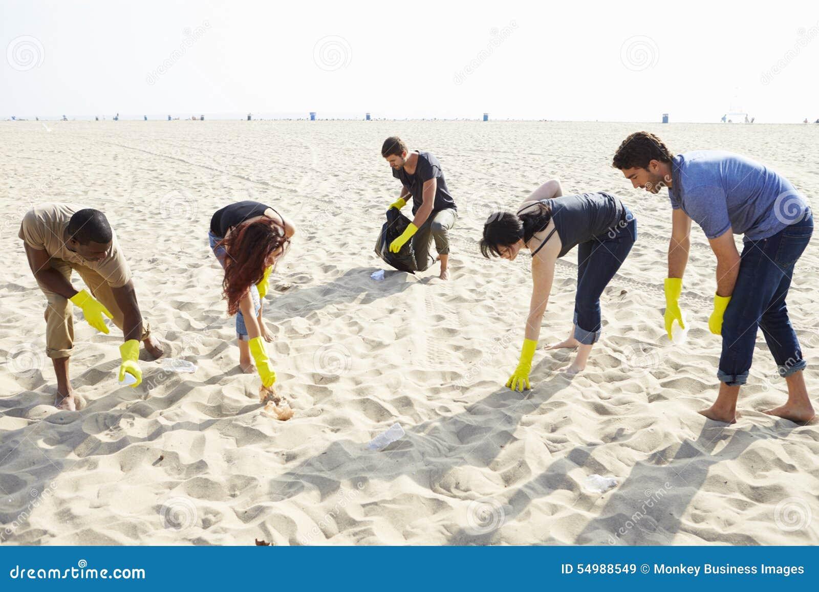 Groupe de volontaires rangeant des déchets sur la plage