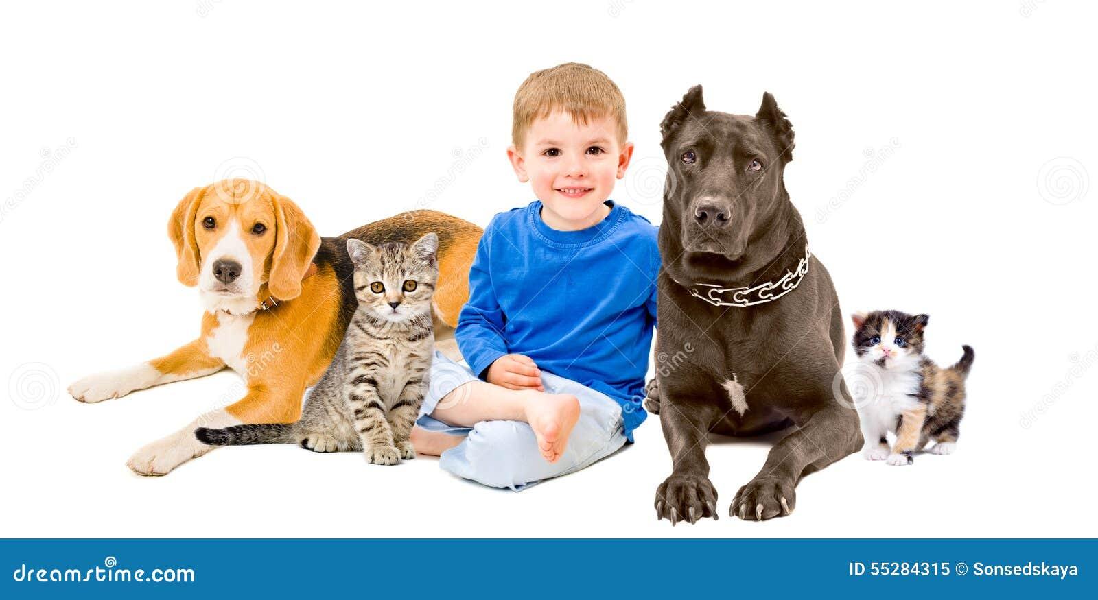 Groupe des animaux familiers et de l enfant heureux s asseyant ensemble