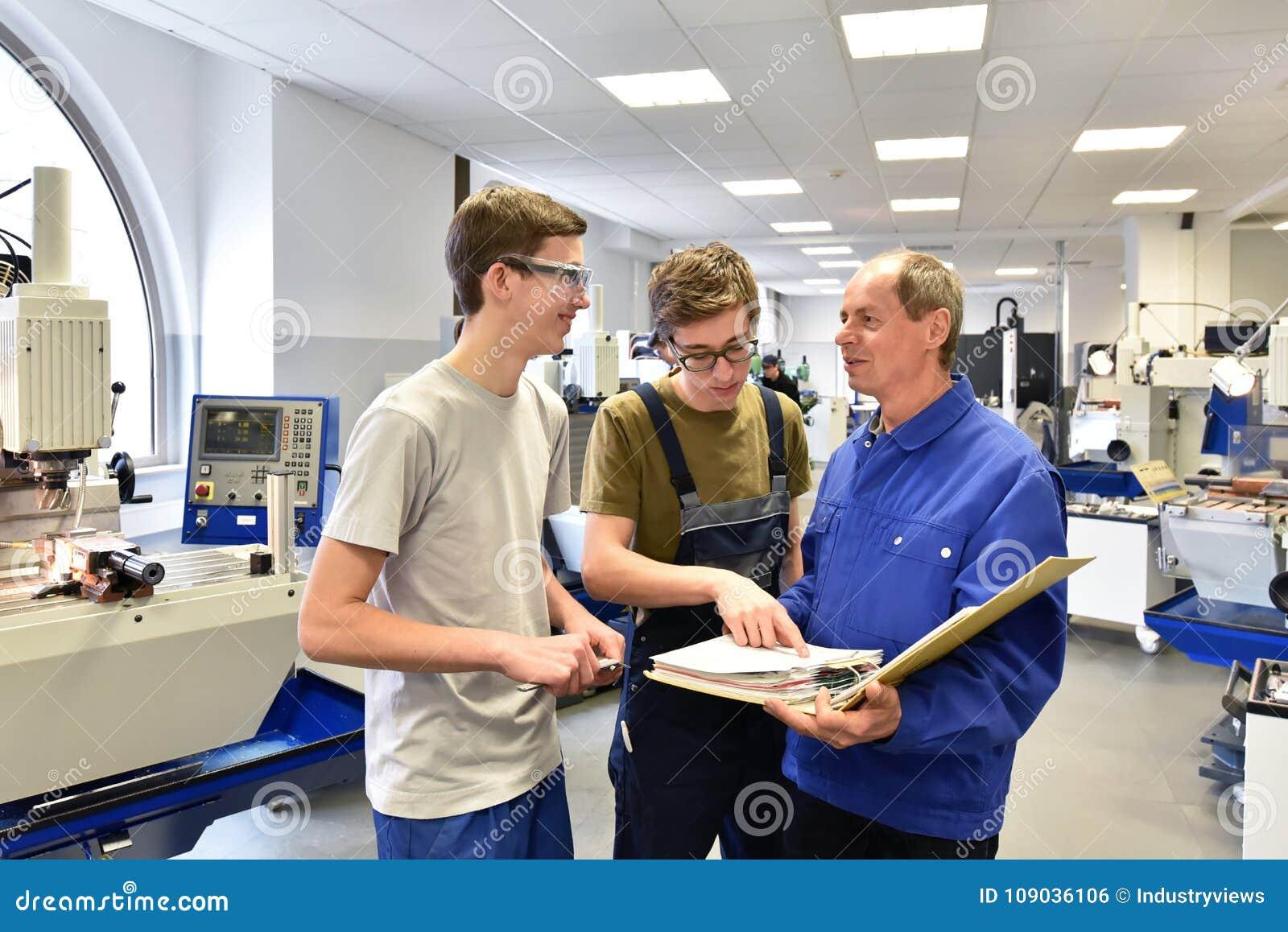 Groupe des jeunes dans la formation professionnelle technique avec le teac