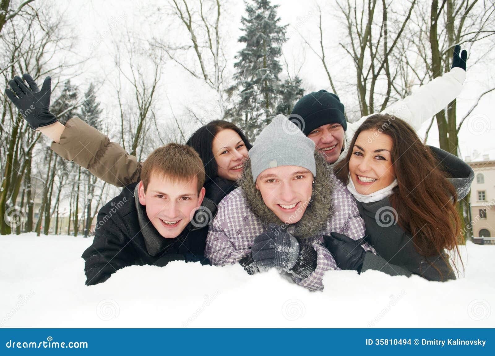 Groupe des jeunes heureux en hiver