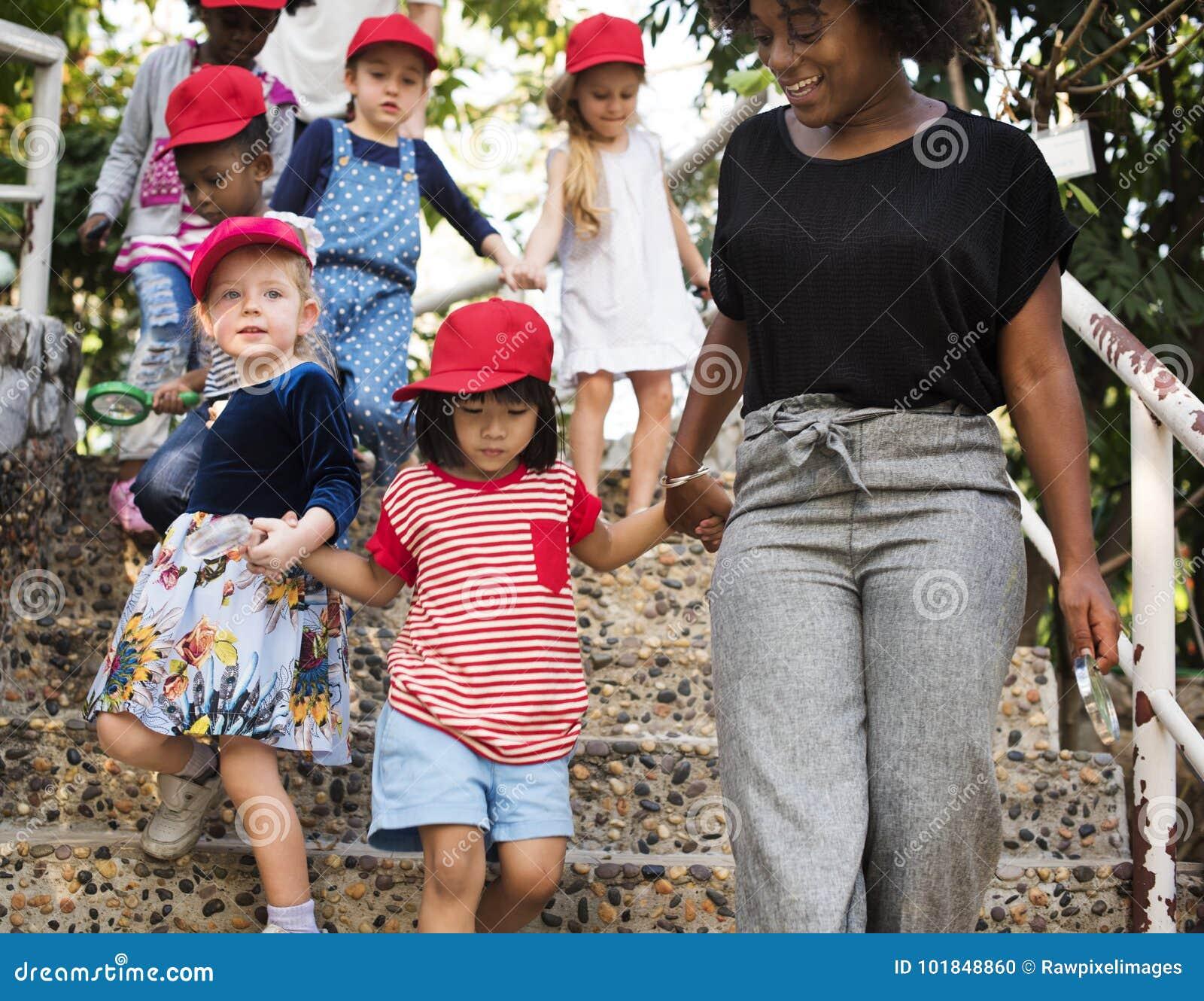 Groupe divers d enfants sur un fieldrtip