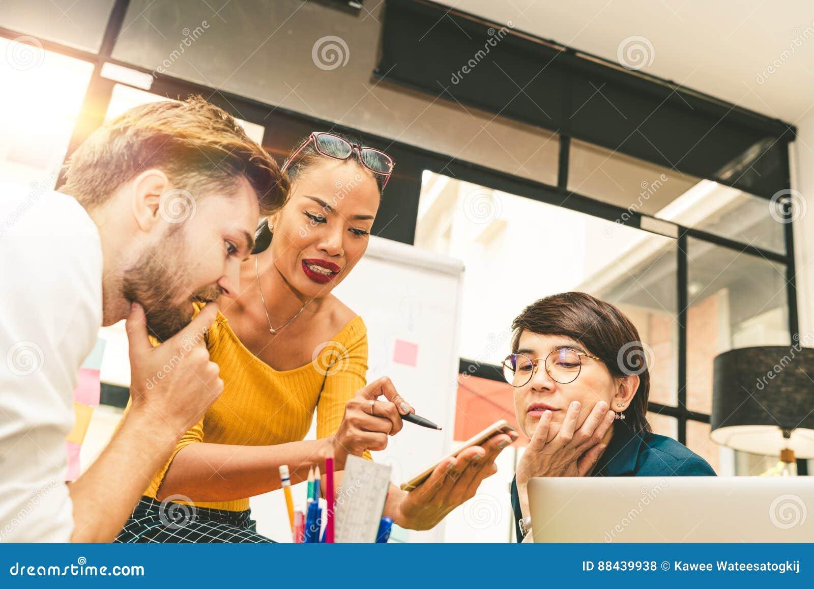 Groupe divers multi-ethnique d équipe créative, de gens d affaires occasionnels, ou d étudiants universitaires dans l échange d i