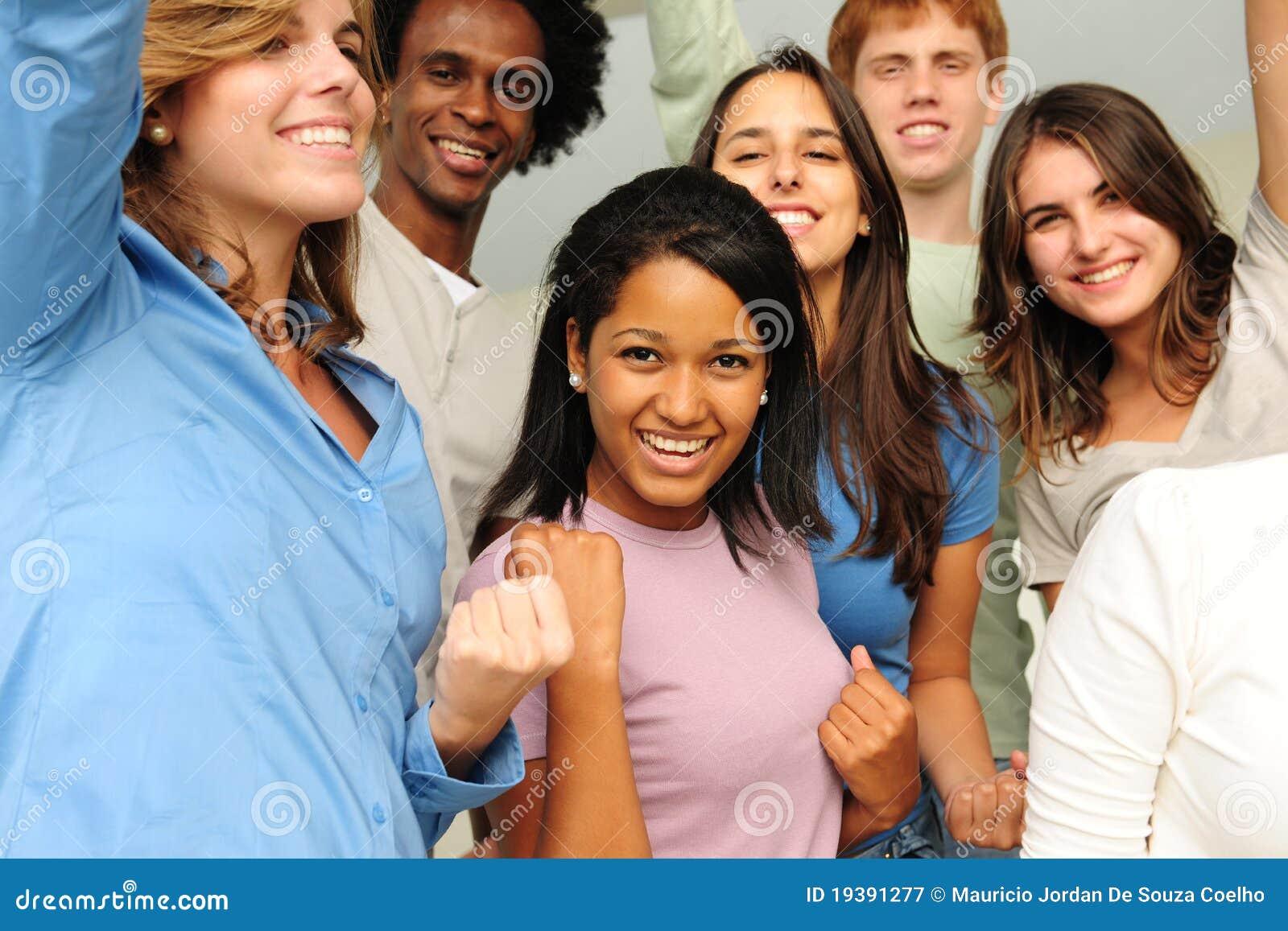 Groupe Excited et heureux des jeunes divers