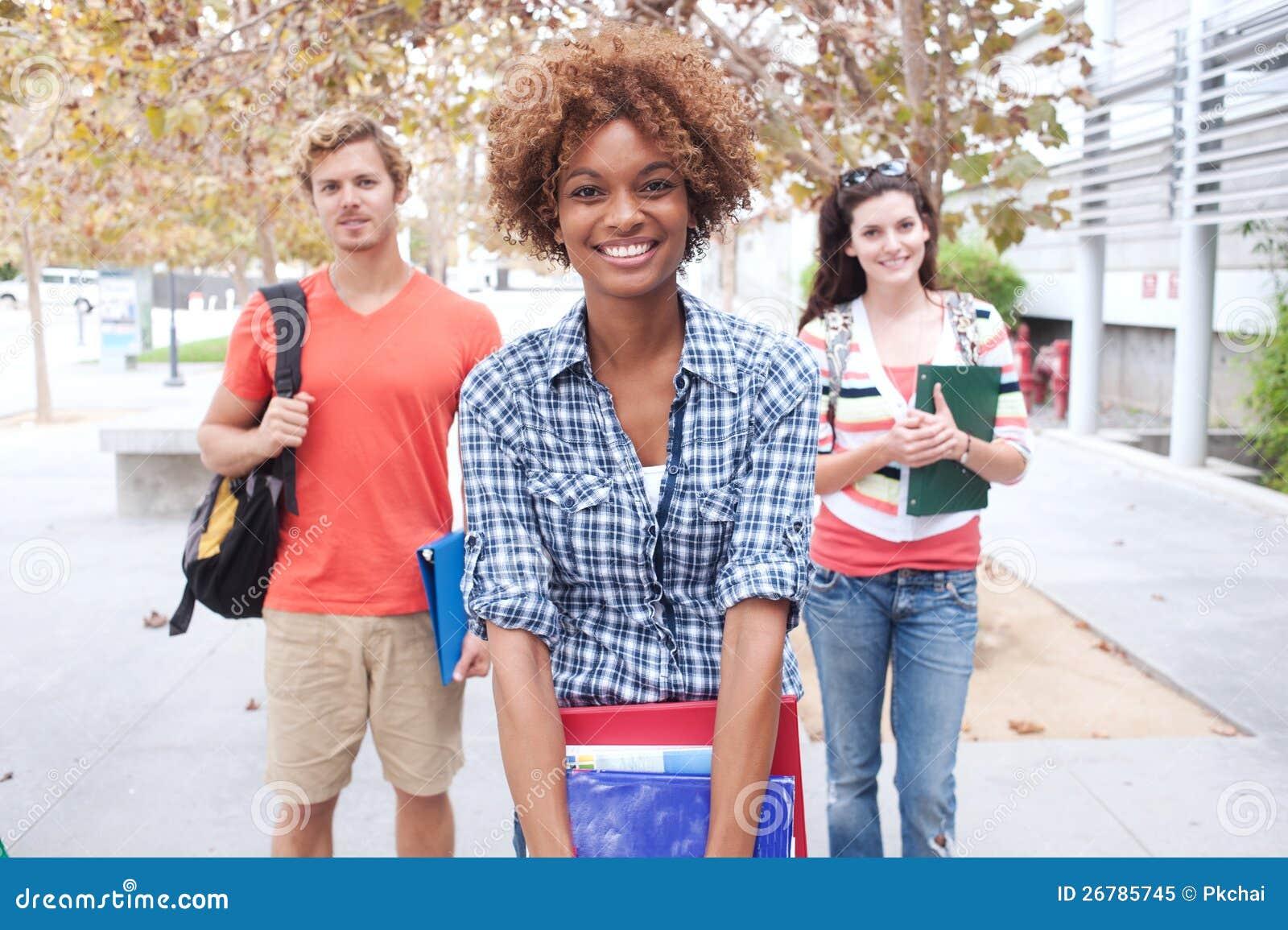 Groupe heureux d étudiants universitaires