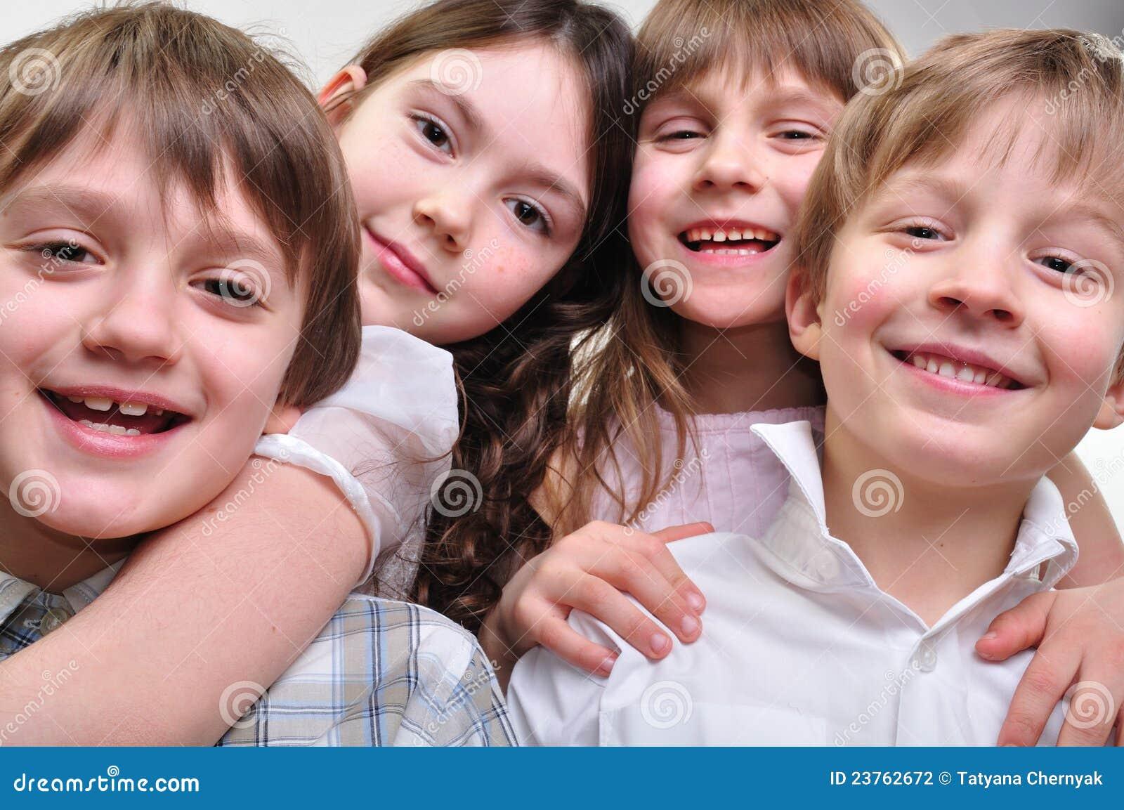 Groupe heureux d enfants étreignant ensemble