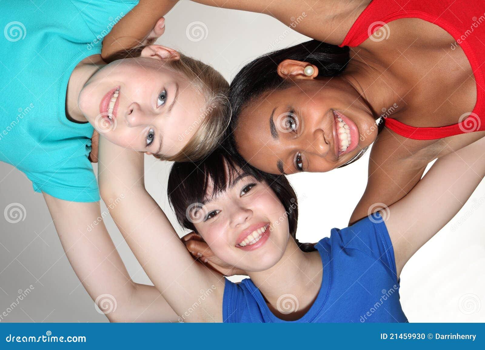 Groupe heureux de groupe par des filles d étudiant de chemin mélangé