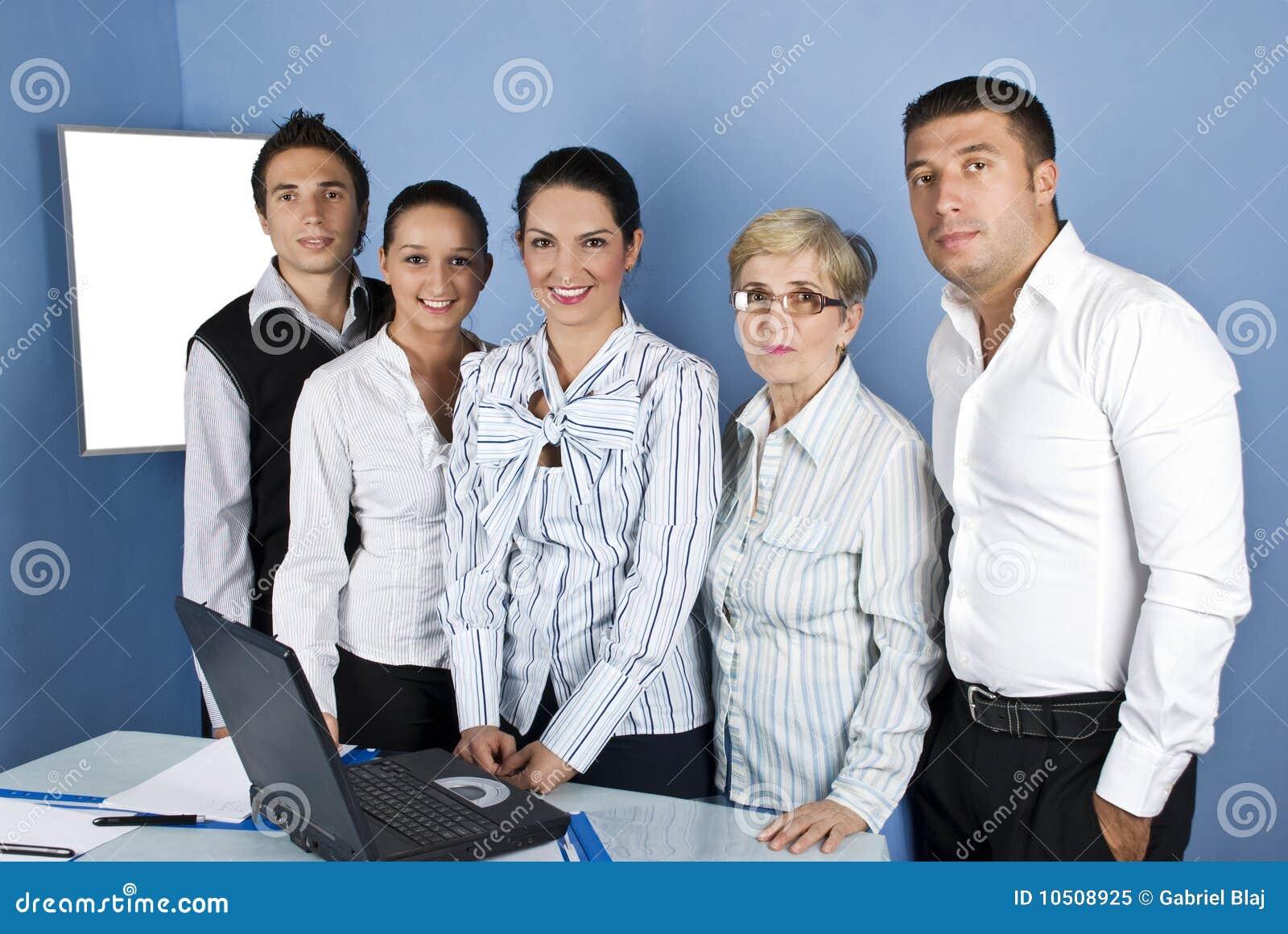 Groupe heureux de personnel administratif
