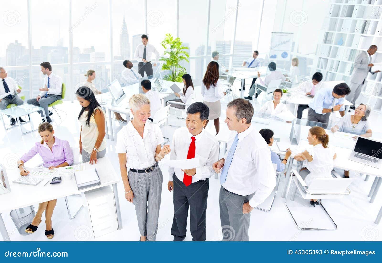 Groupe multi-ethnique de gens d affaires