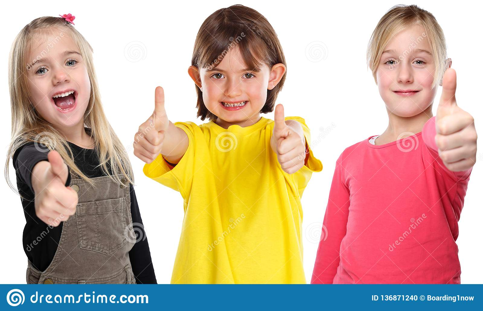 Groupe pouces de sourire de succès de petites filles d enfants d enfants de jeunes vers le haut du positif d isolement sur le bla