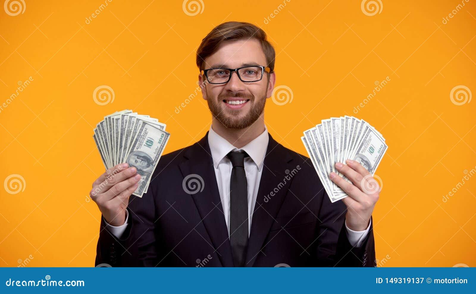 Groupe r?ussi d apparence d homme riche de dollars dans des mains, revenu facile sur l Internet