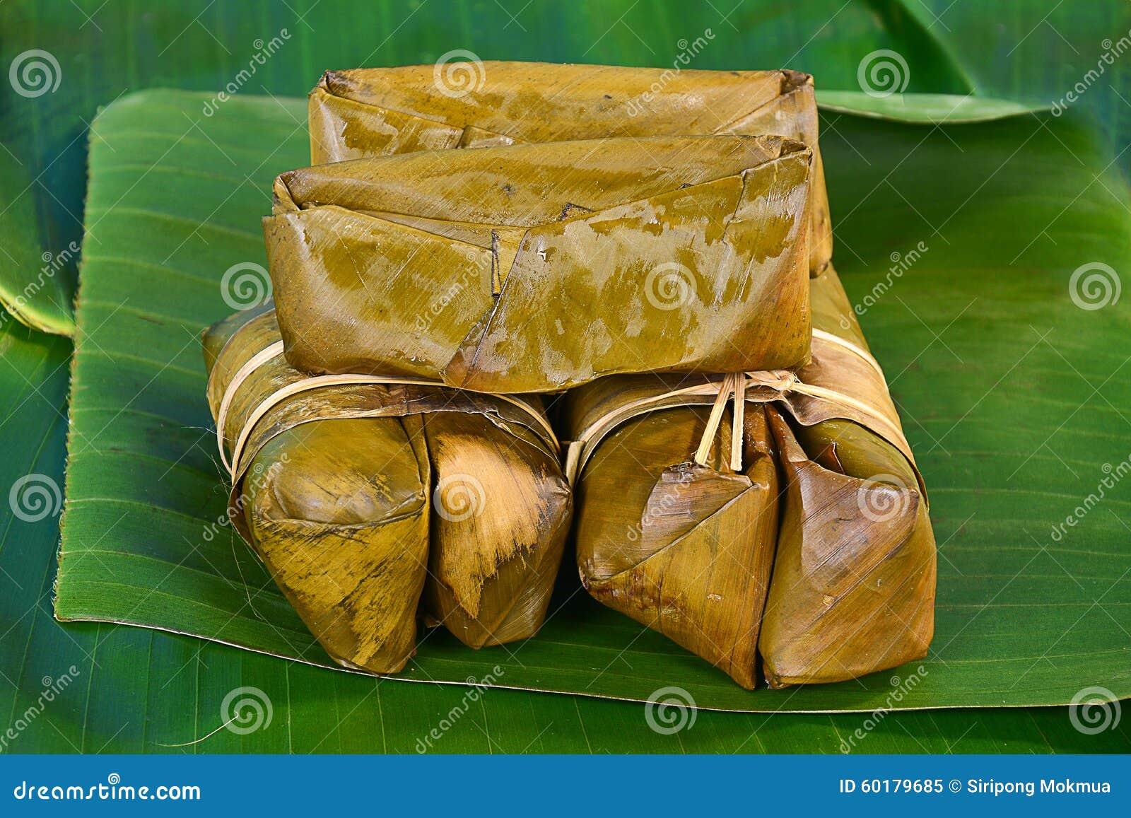 Groupe thaïlandais de bonbons de bouillie de maïs sur la feuille de banane