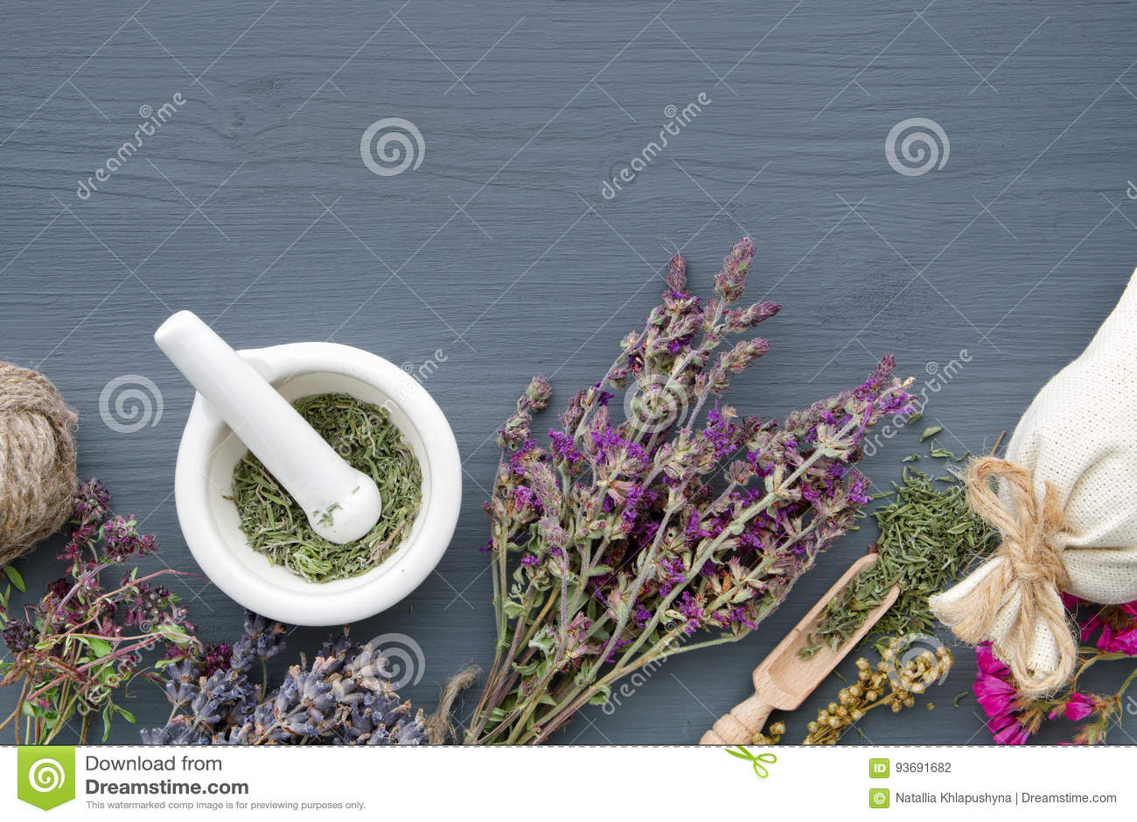 Groupes d herbes curatives, de mortier et de sachet Le perforatum de fines herbes de Medicine
