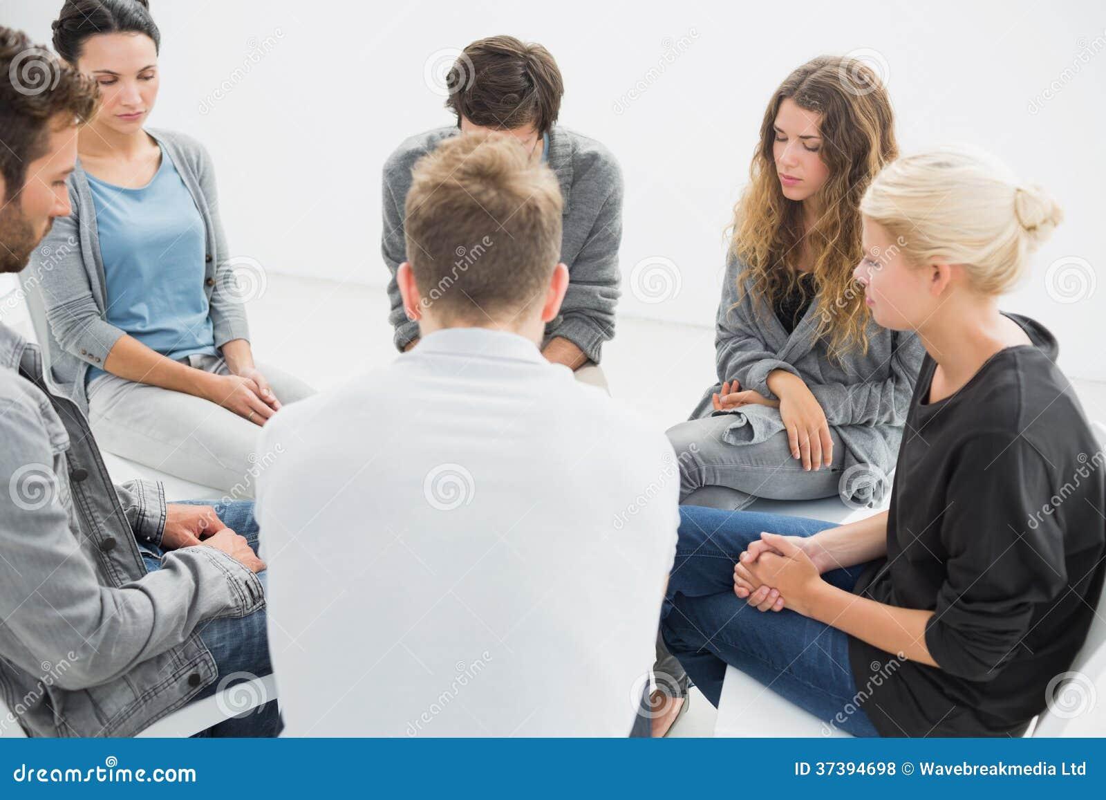 Groupez la thérapie en session se reposant en cercle