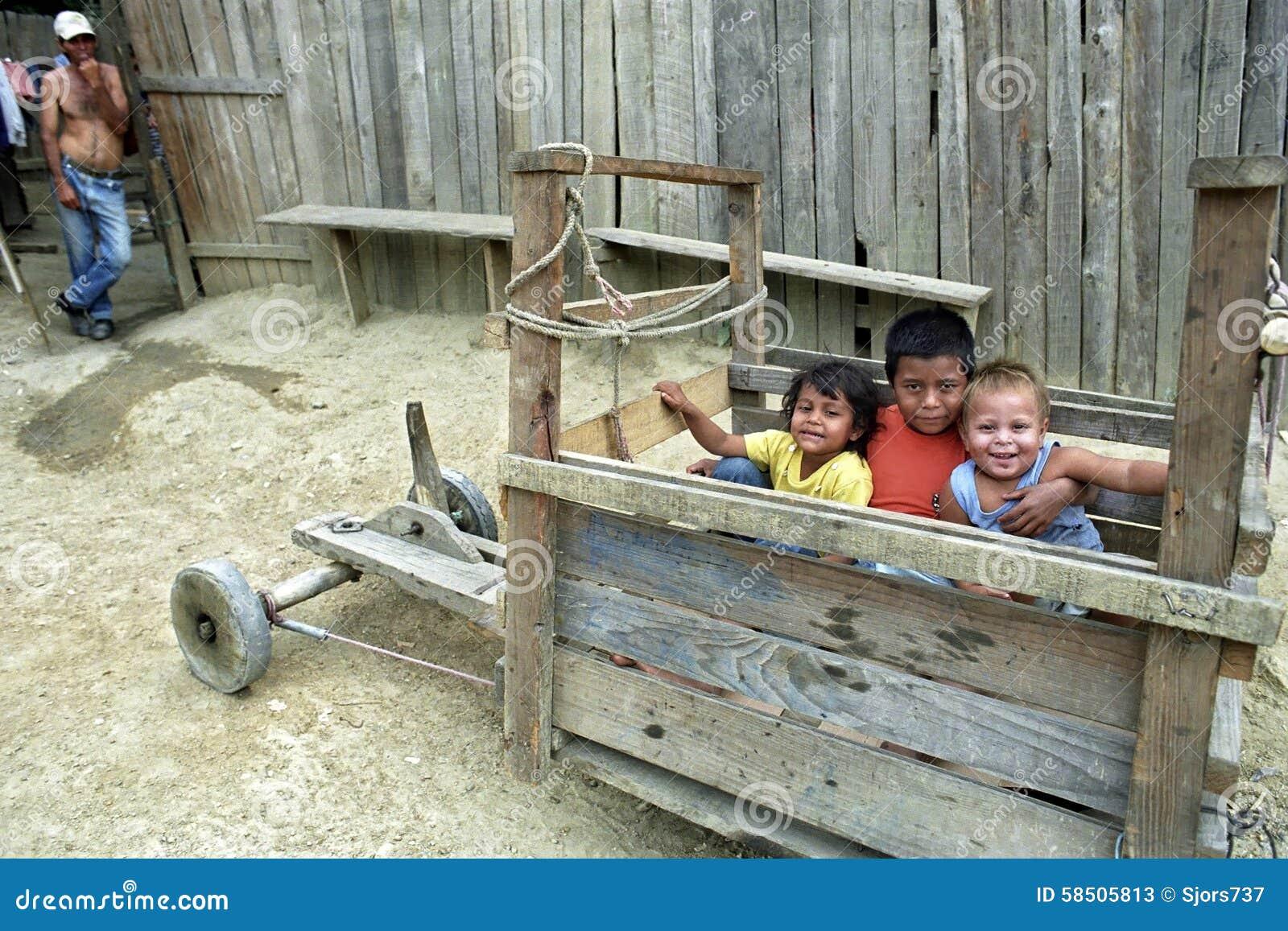 Groupez le portrait des enfants latins jouant dans la caisse à savon