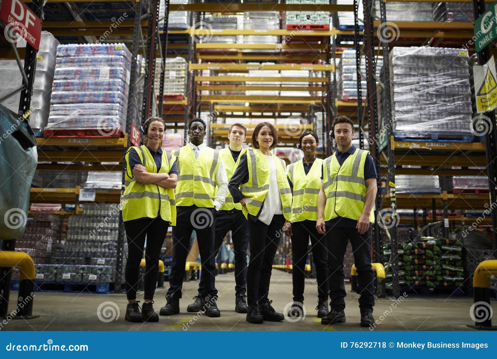 Groupez le portrait du personnel à l entrepôt de distribution, angle faible