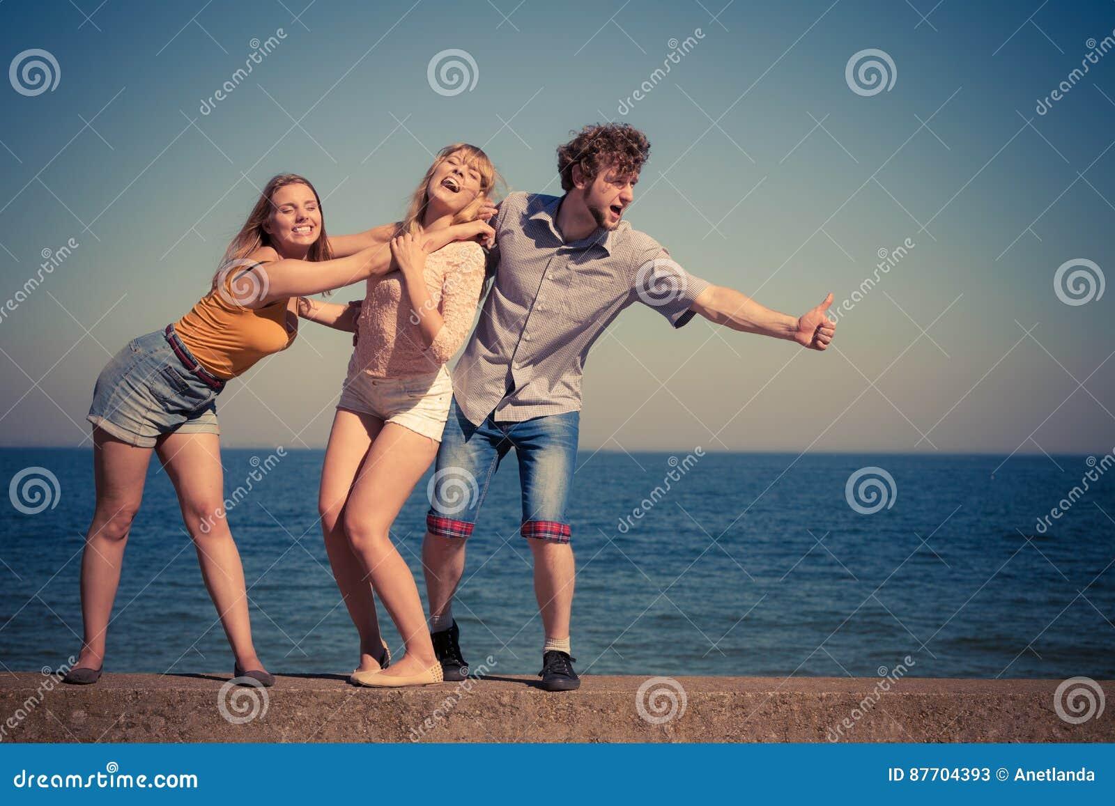 Groupez les filles du garçon deux d amis ayant l amusement extérieur