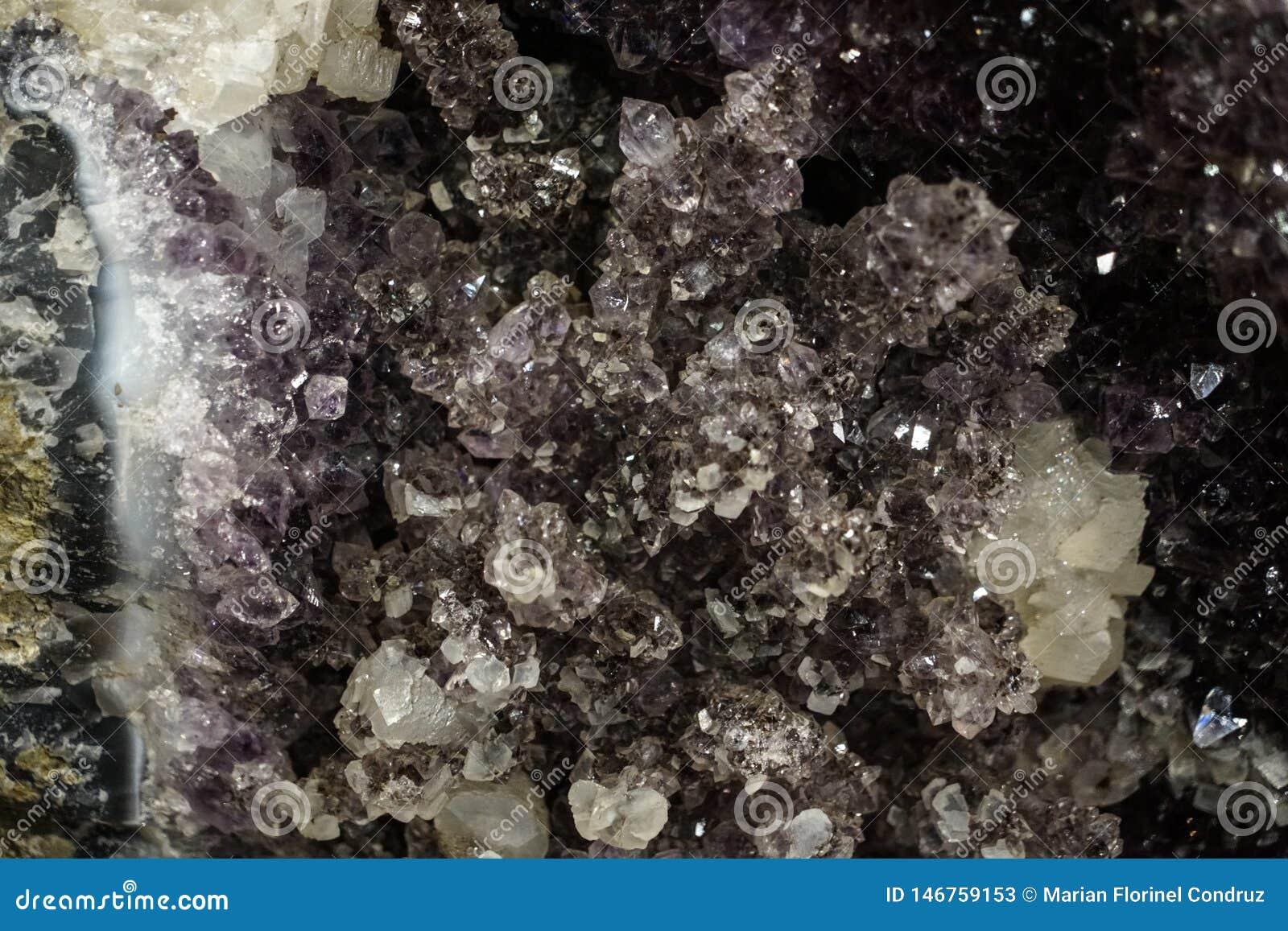 Grova kristaller f?r r? klunga som ?r n?ra upp bakgrund