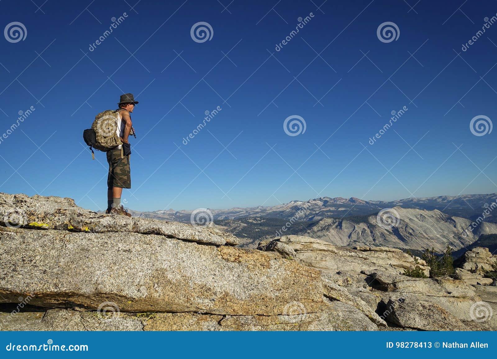 24, 2014: Groveland Kalifornia, Stany Zjednoczone, Lipiec - Mężczyzna wycieczkuje wierzchołek Mt Hoffman, szczyt blisko Olmsted p