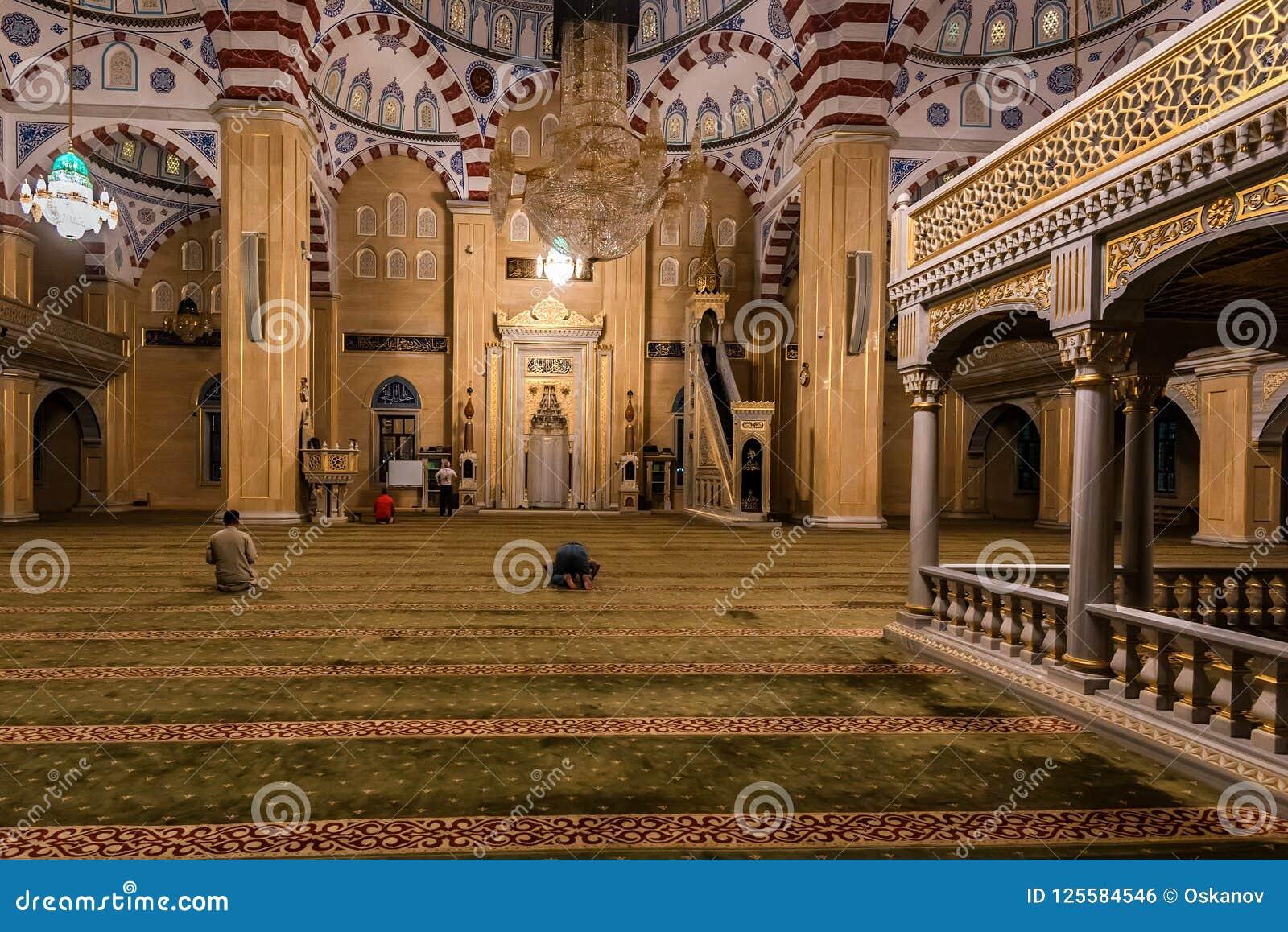 GROZNY, RÚSSIA - 9 DE JULHO DE 2017: Akhmad Kadyrov Mosque em Grozny, Chechnya, Rússia