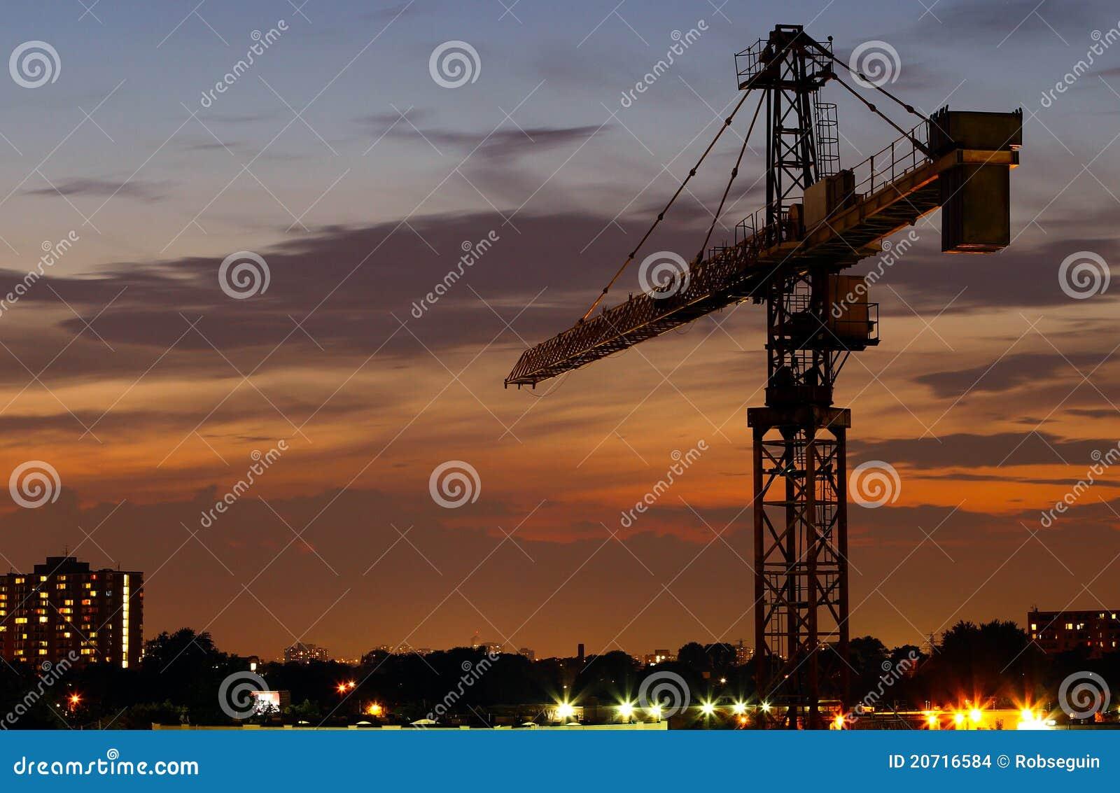 Gru di costruzione alla notte