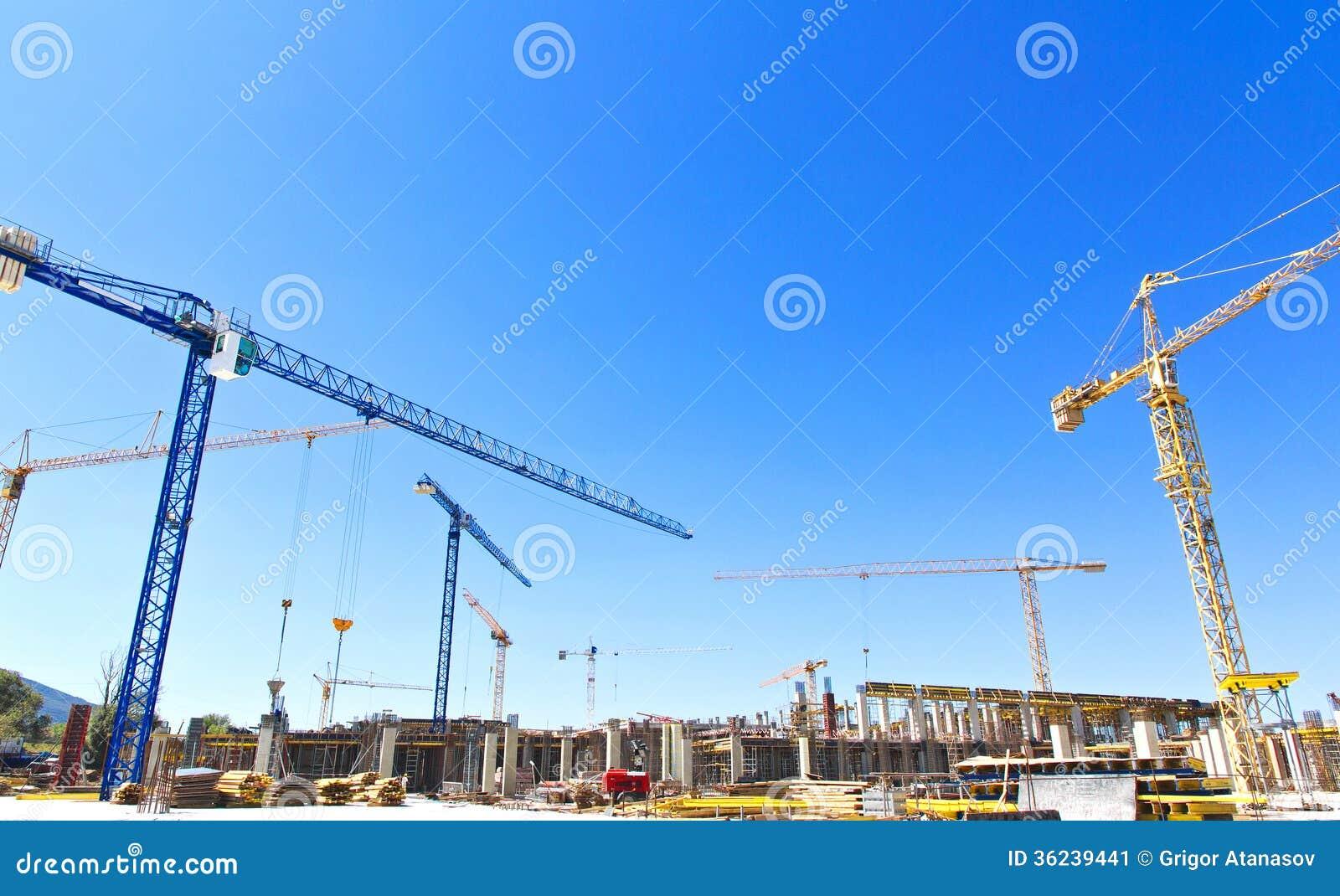 Gru di costruzione su un cantiere immagine stock for Costruzione di un pollaio su ruote