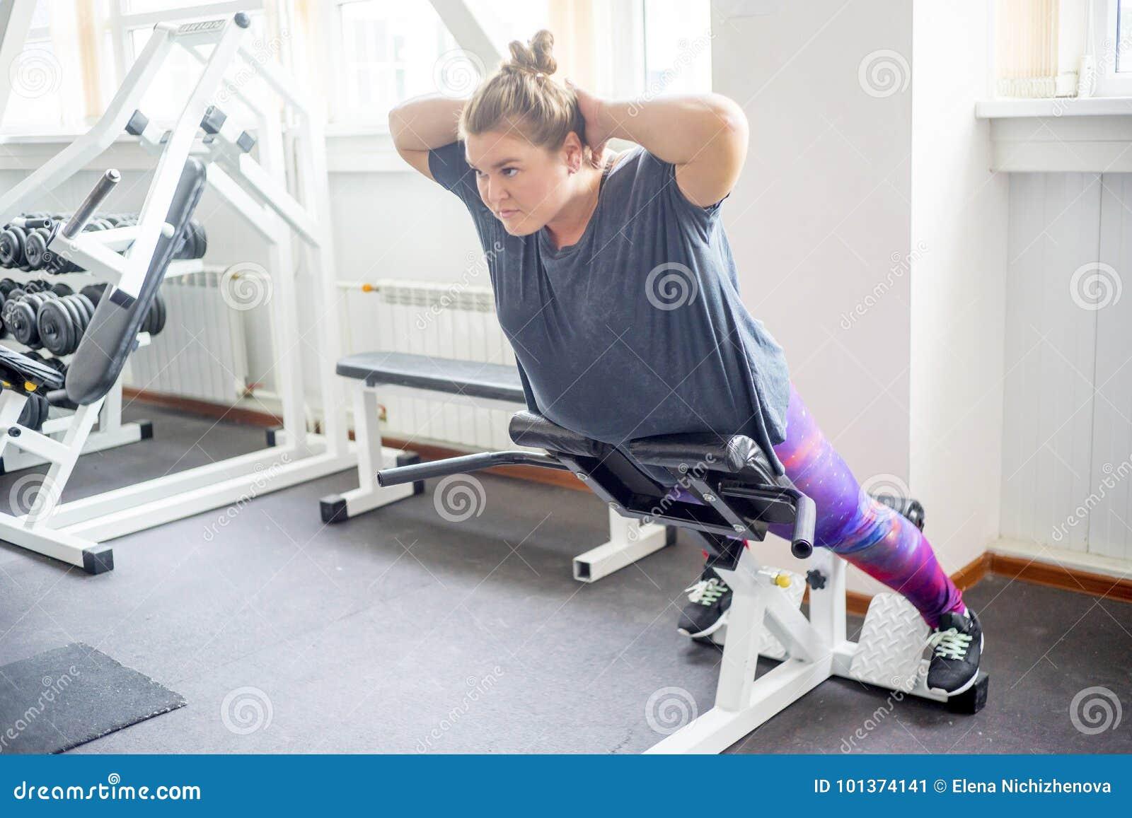Gruba dziewczyna w gym