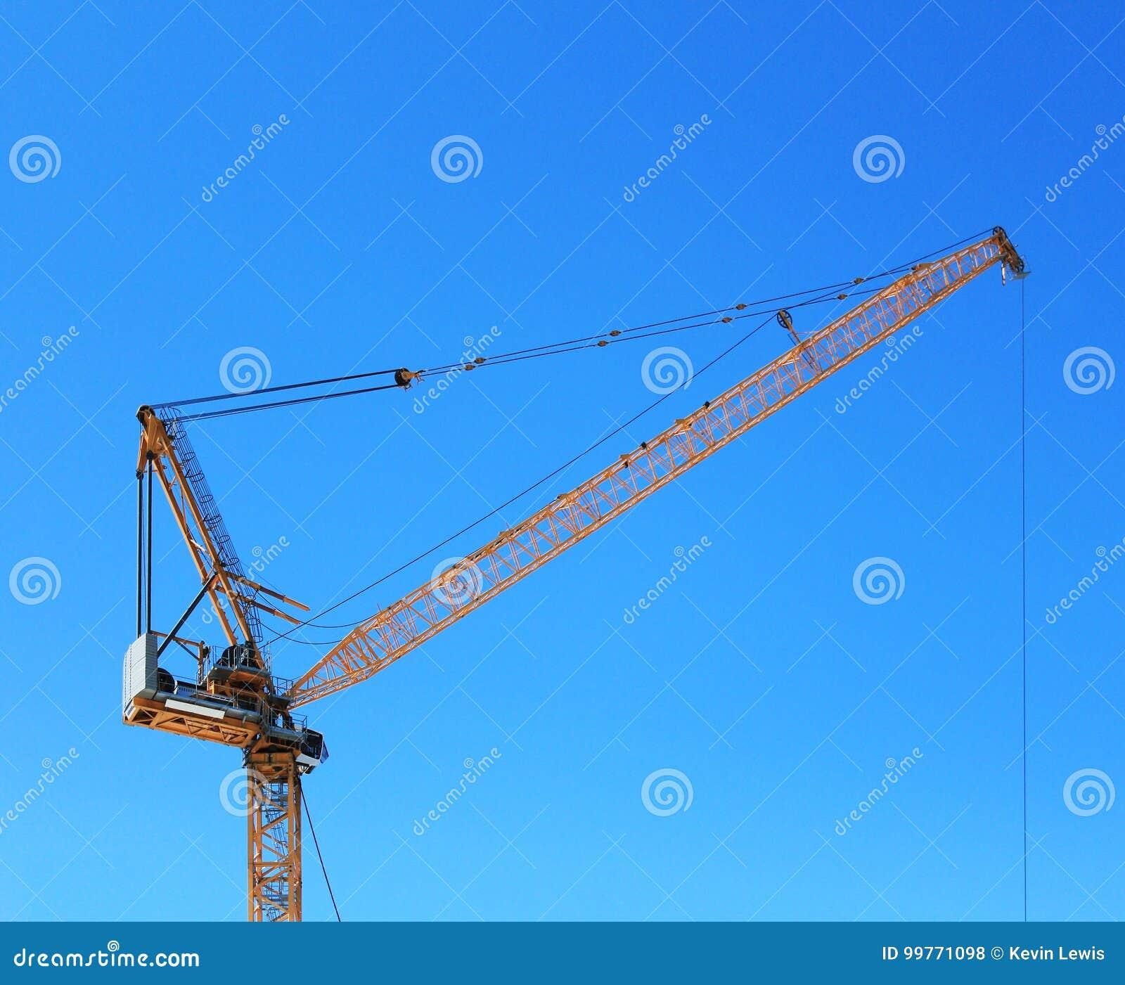 Grue de construction jaune avec le ciel bleu