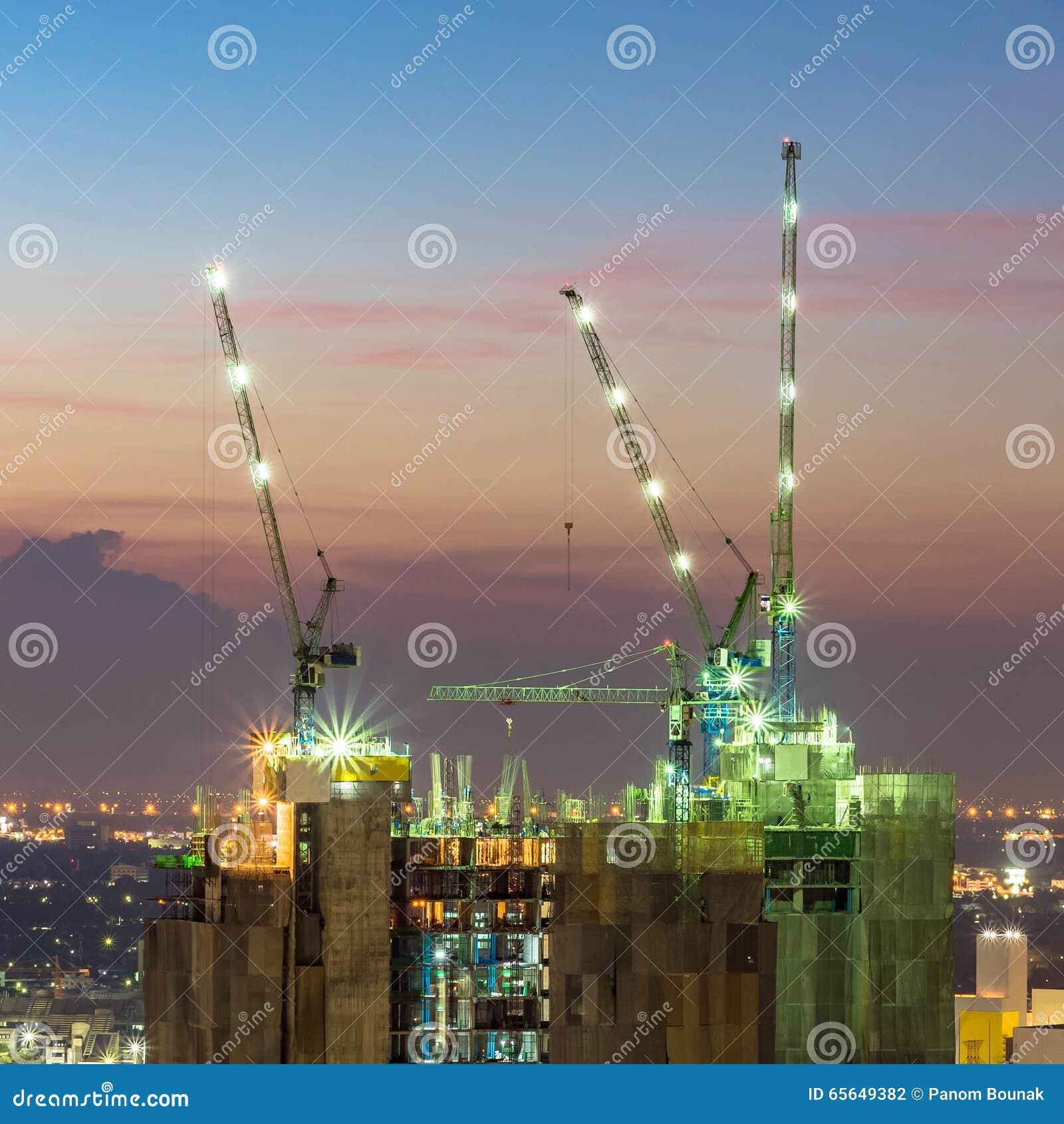 Grues de construction industrielles au chantier de construction
