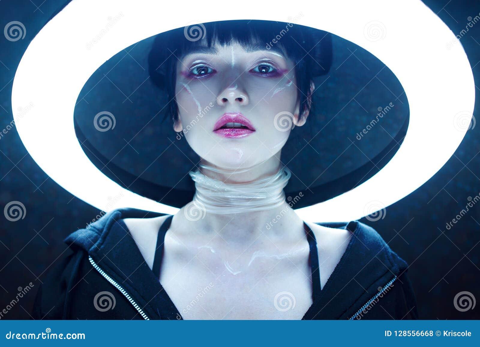 Grund flicka för cyberdof-effekt Härlig ung kvinna, futuristisk stil