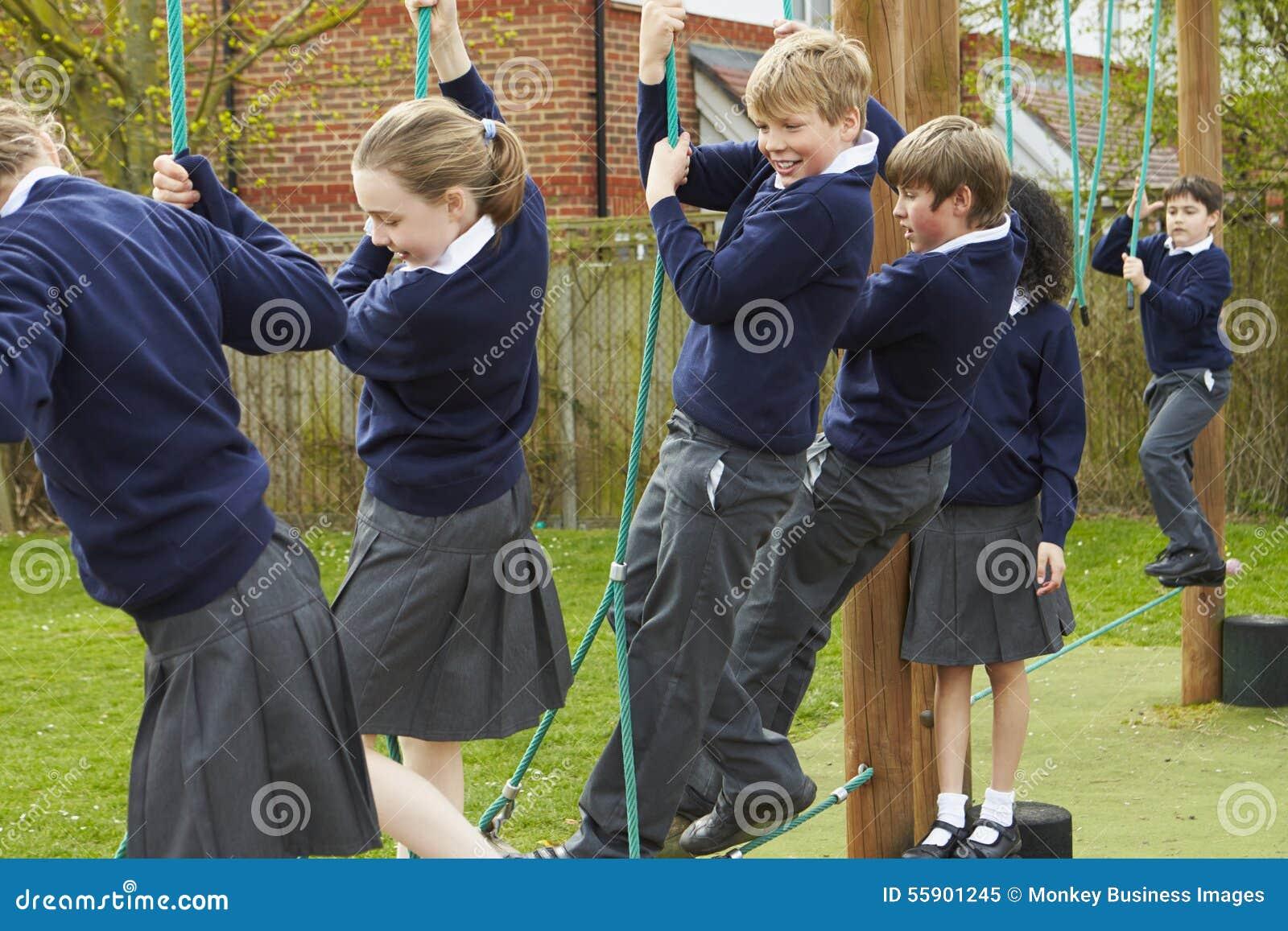 Grundskolaelever på klättringutrustning