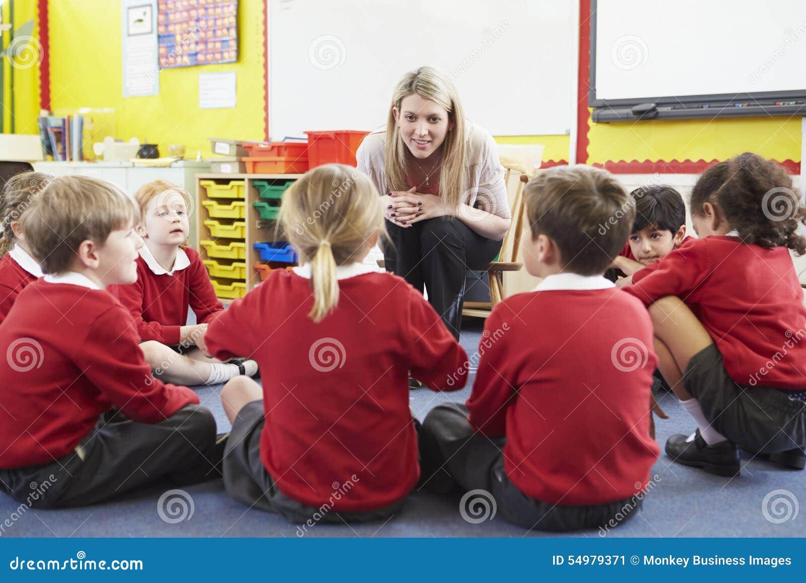 Grundskolaelever som berättar berättelse till läraren