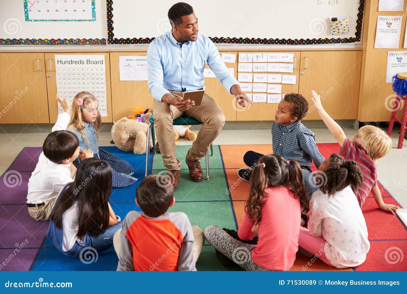 Grundskolan lurar sammanträde runt om lärare i en kurs