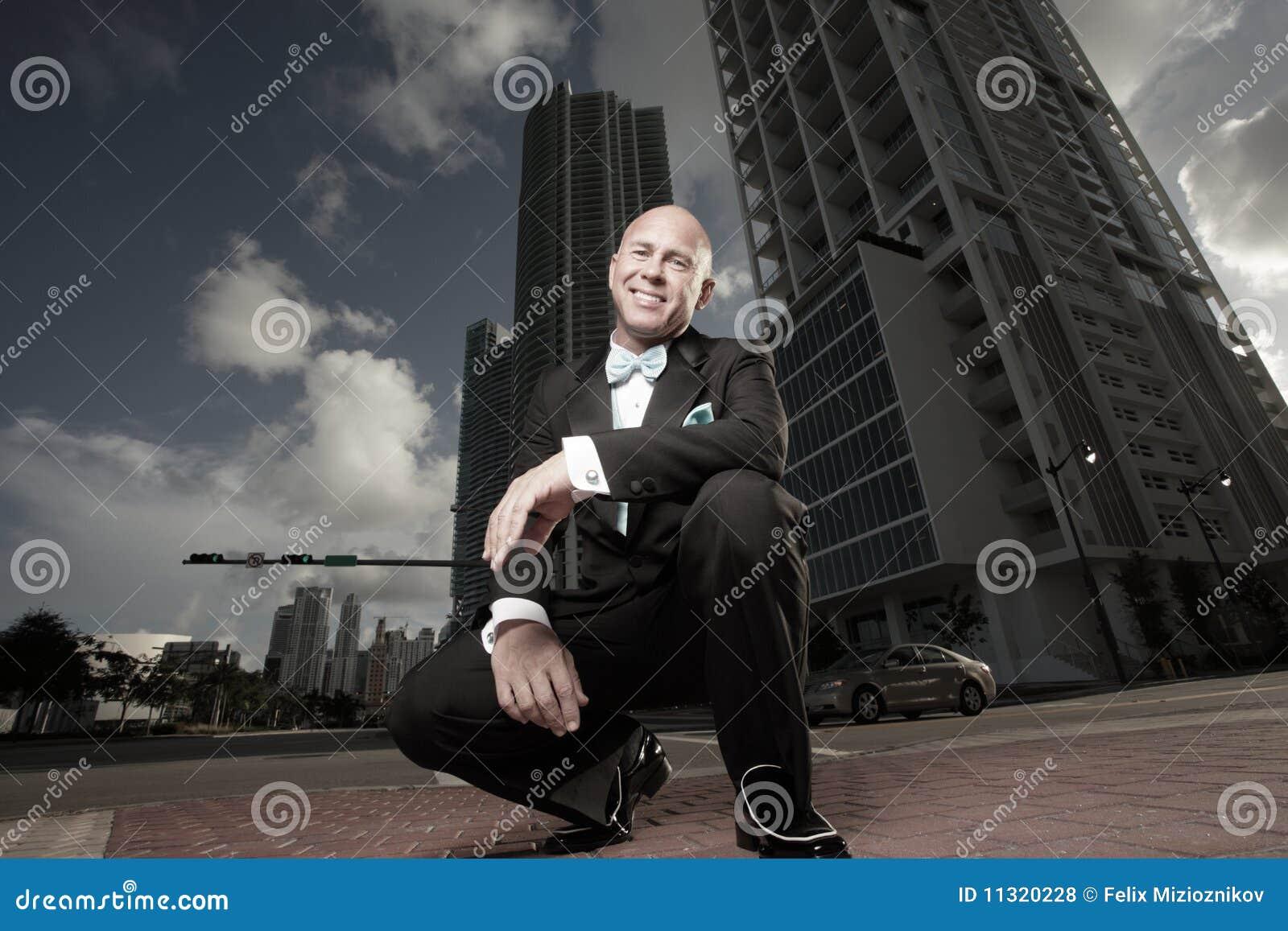 Grundwinkelsicht eines Mannes im Stadtzentrum gelegen