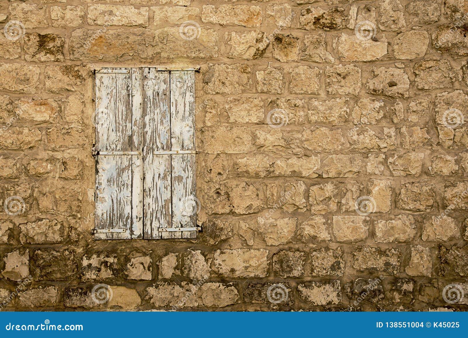 Grunge doorstond gesloten Venster in de oude verlaten muur van het steenhuis
