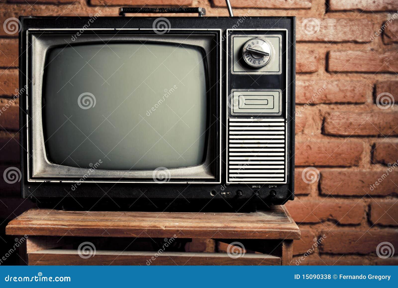 Grunge retro tv contra la pared de ladrillo fotos de - Tv en la pared ...