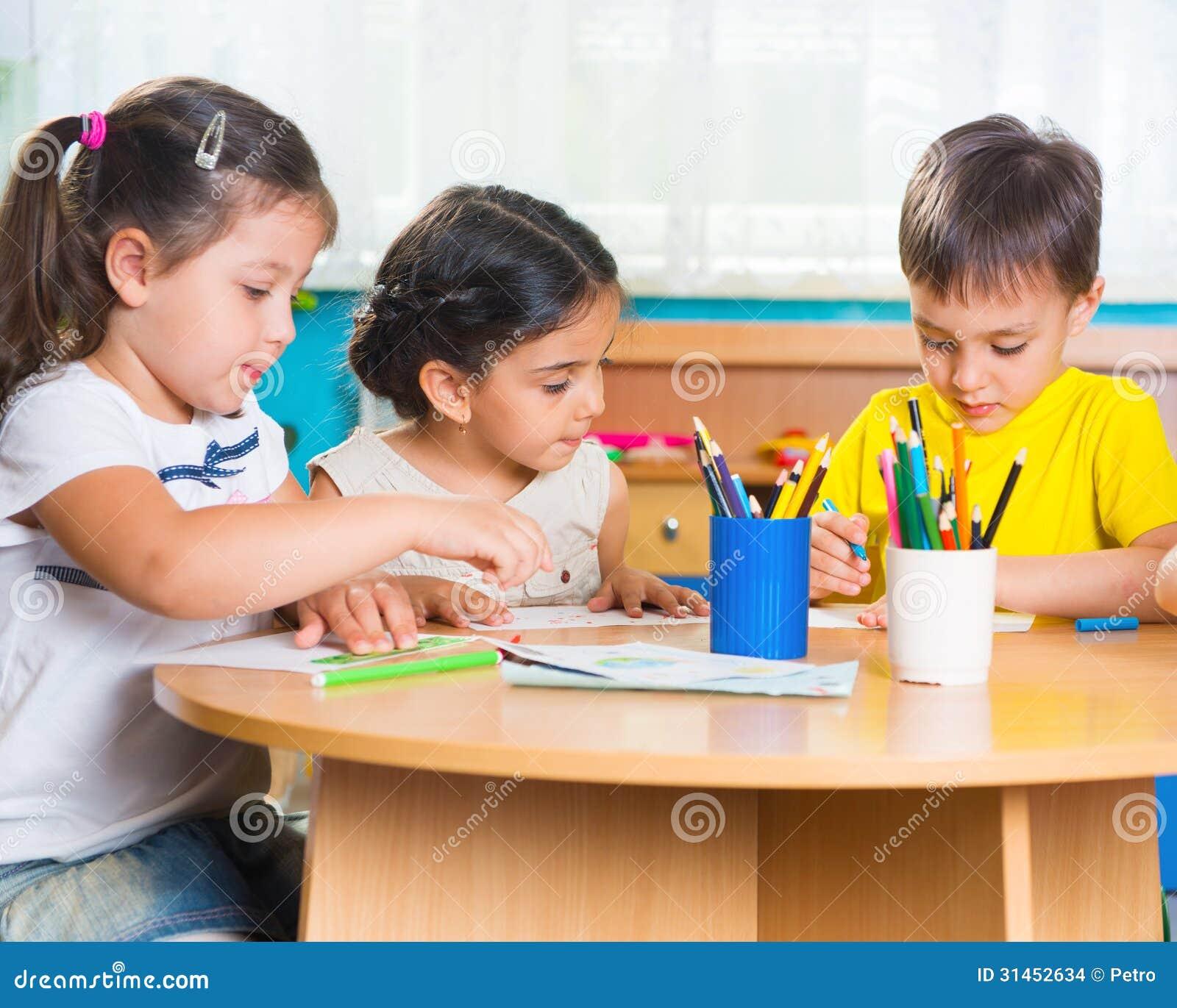 Grupa śliczny mały prescool żartuje rysunek