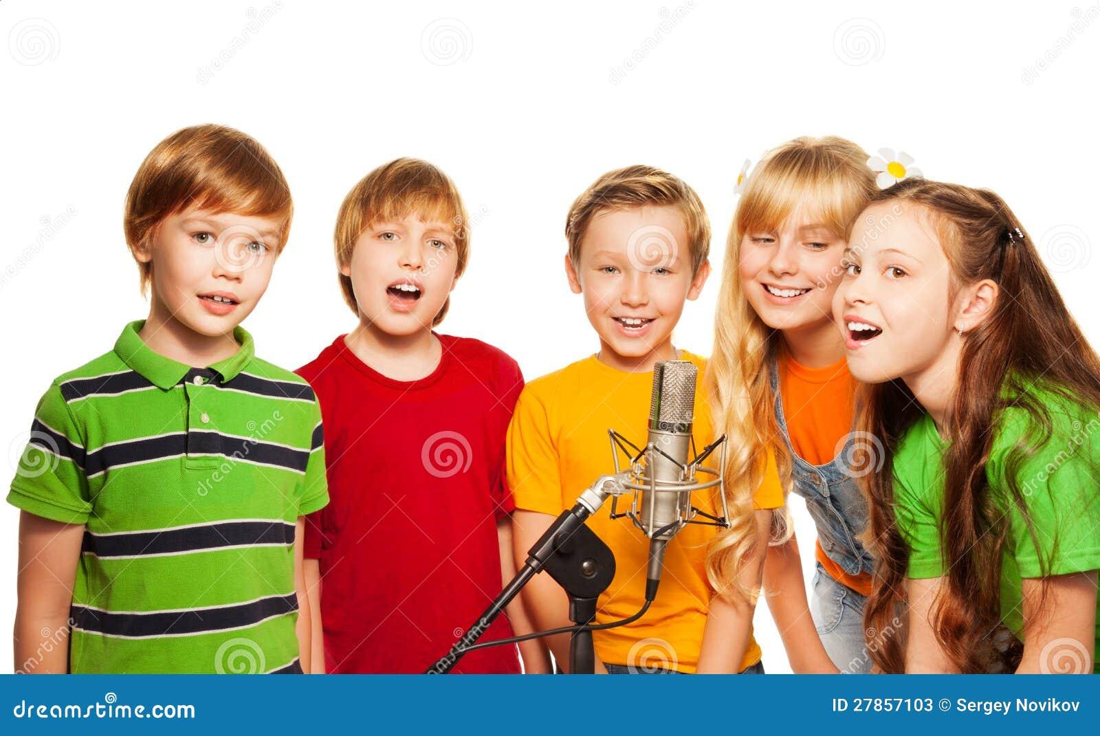 Grupa 8 lat dzieciaków z mikrofonem